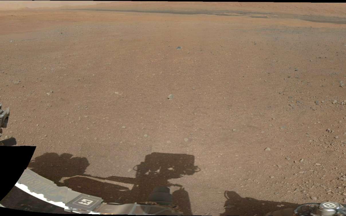 Sur Mars, Curiosity ne s'est heureusement pas arrêté et la mission JPL se poursuit. Il roule actuellement vers le mont Sharp, dont les premières pentes sont visibles sur ce panorama, réalisé en août 2012, peu après l'atterrissage. © Nasa, JPL