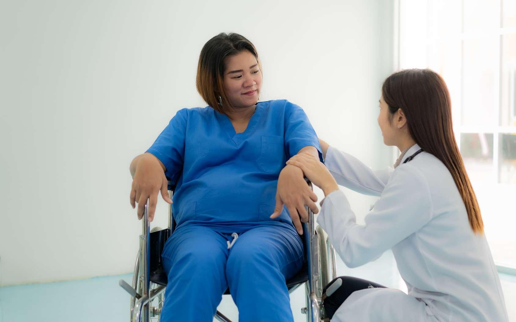 Une soignante fait preuve d'empathie envers sa patiente. © ake1150, Fotolia