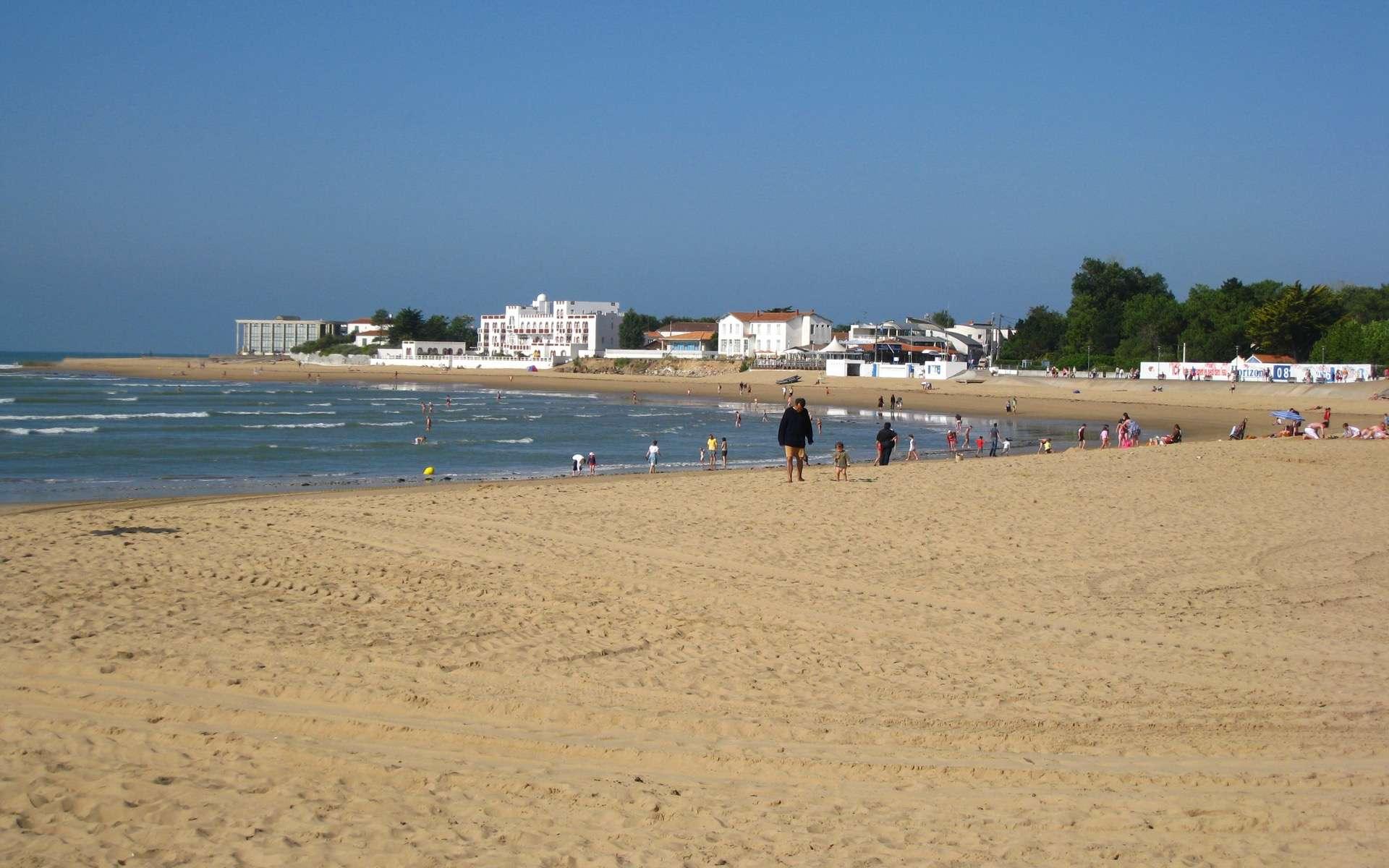 En raison du changement climatique, le littoral sableux est menacé faisant craindre la disparition des plages, cependant certaines seront épargnées. Photo : La plage centrale de la Tanche-sur-mer. © Minou85, Wikimedia Commons, CC by-sa 3.0