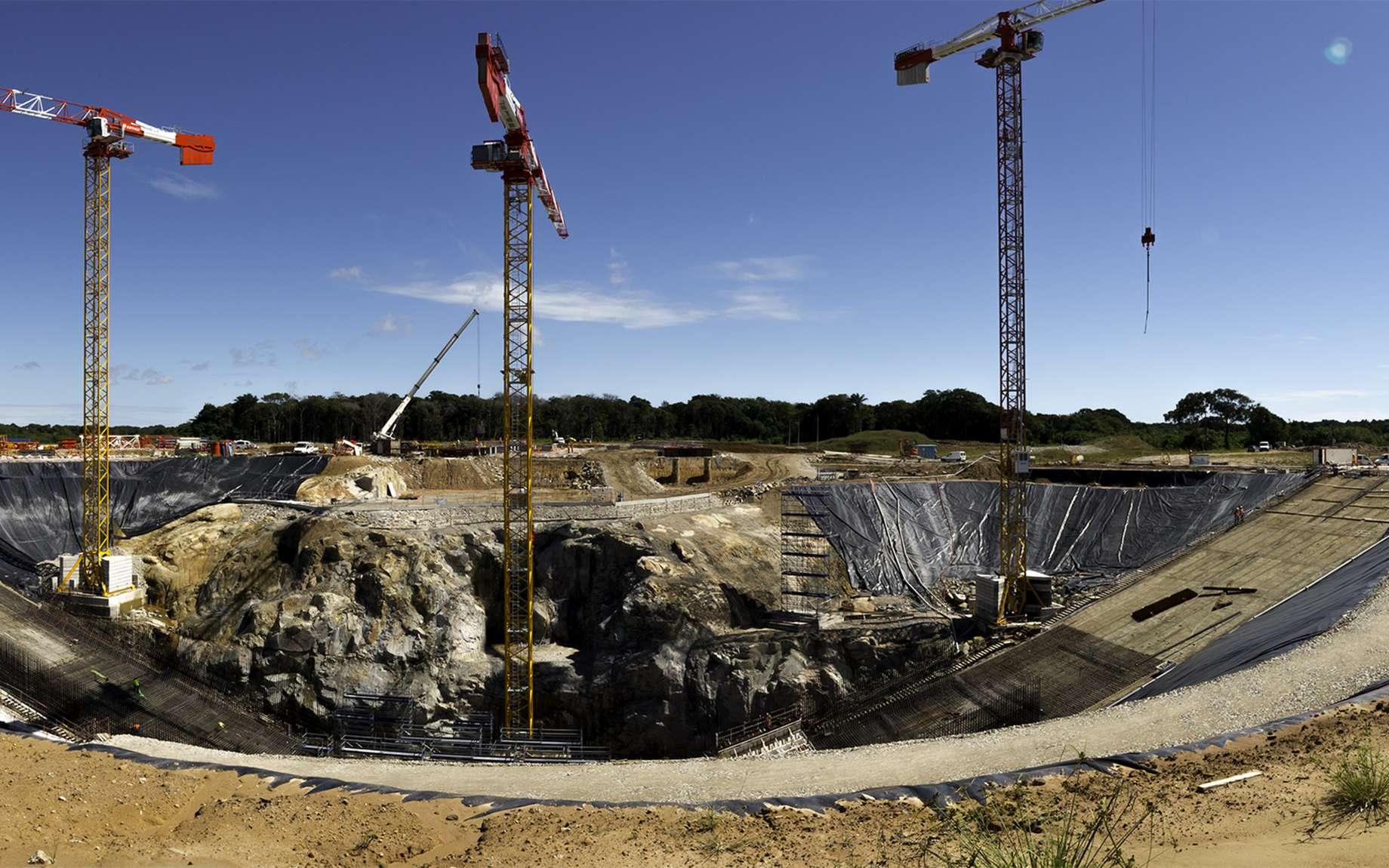 Découvrez la construction du pas de tir d'Ariane 6 en chiffres. Ici, une vue d'ensemble du massif de lancement en cours de construction. © Rémy Decourt