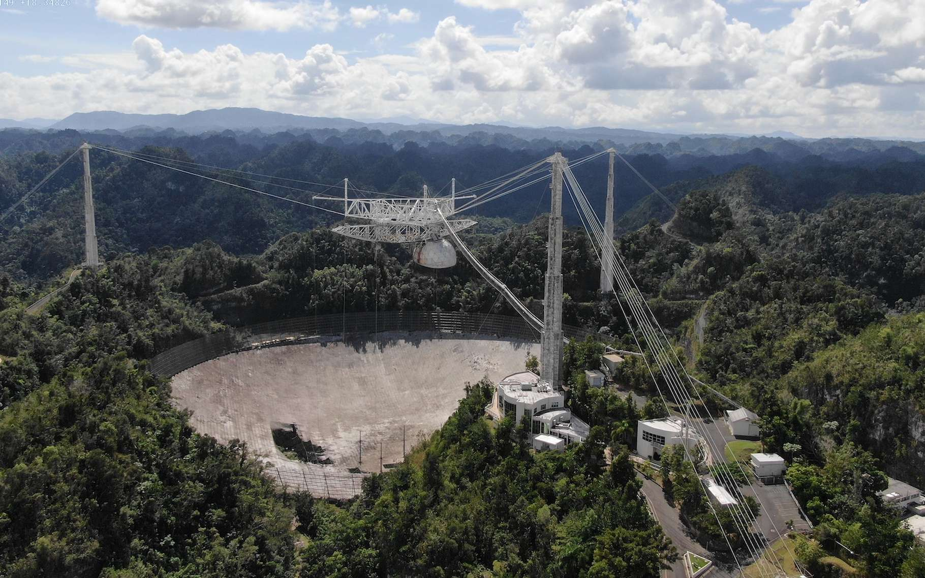 Le télescope d'Arecibo tel qu'il apparaît en novembre 2020, endommagé par des ruptures de câbles de support. © Université de Floride centrale