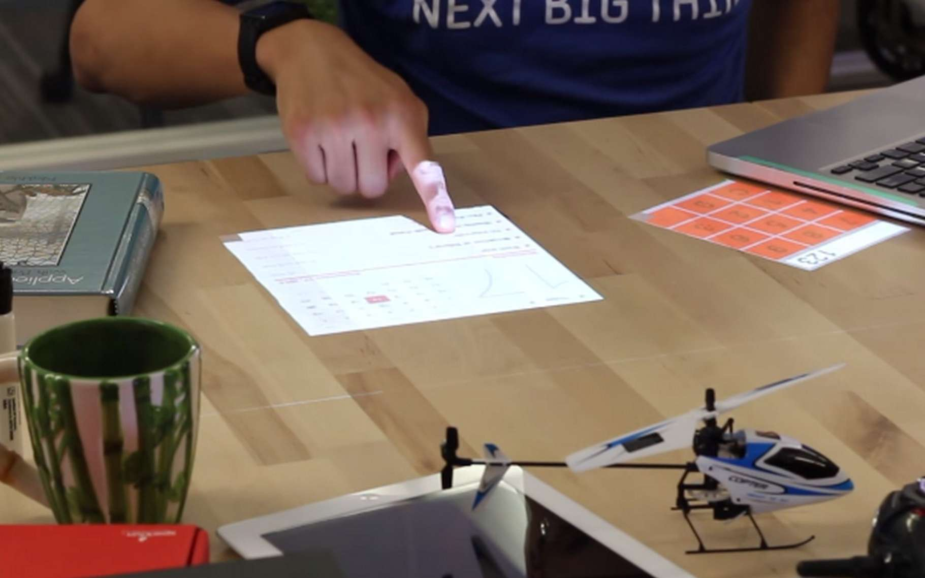 Desktopography projette l'image d'une application sur la surface d'un bureau et permet à l'utilisateur d'interagir comme sur un écran tactile, avec un ou plusieurs doigts. © Carnegie Mellon University