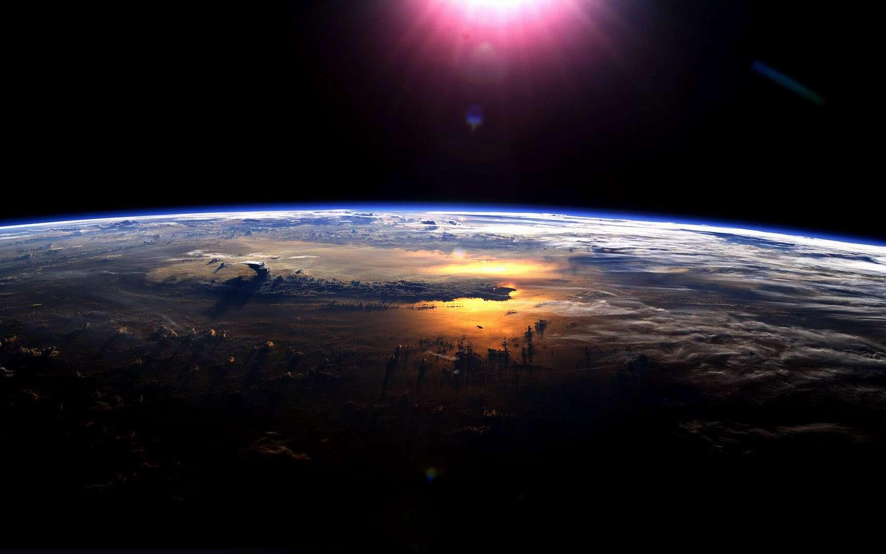 La Terre et la fine couche atmosphérique l'entourant. © Nasa