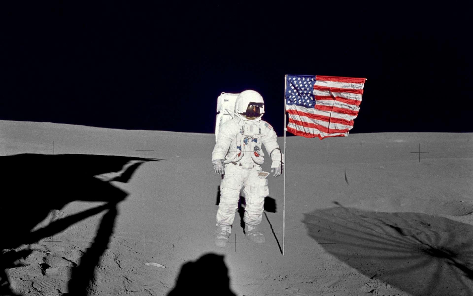 Edgar Mitchell photographié par l'astronaute Alan Shepard en février 1971, lors de la mission Apollo 14. © Nasa