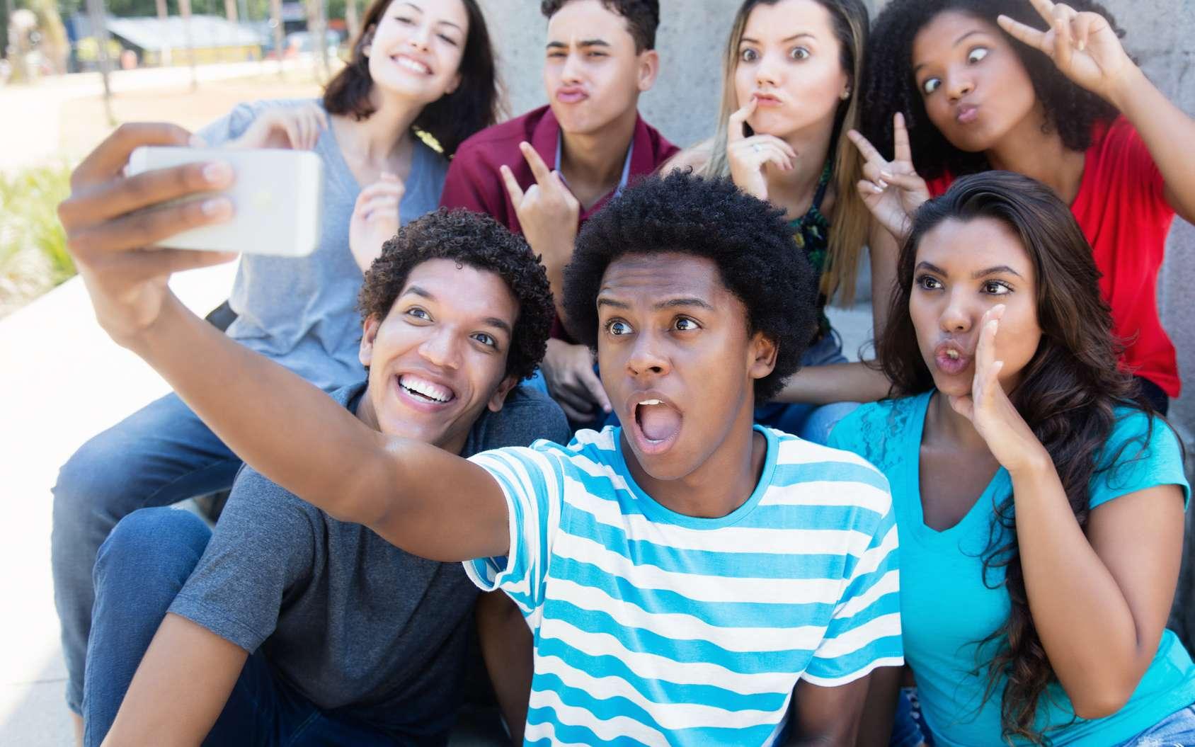 Le selfie, si on traduit ce terme par « autoportrait photographique », est aussi vieux que la prise de vue. C'est devenu une mode universelle, qui a littéralement explosé avec l'arrivée des réseaux sociaux et des smartphones. © Daniel Ernst, fotolia