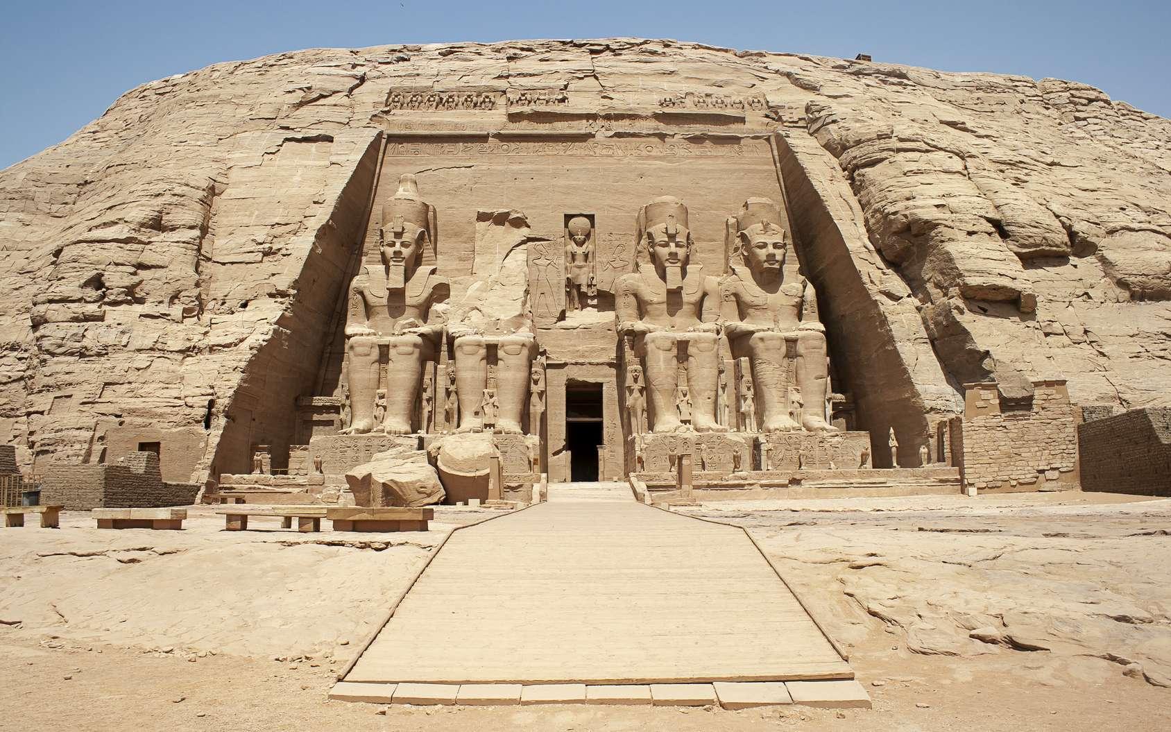 Le temple d'Abou Simbel en Égypte célébrait le culte des dieux Amon, Rê, Ptah et de Ramsès II déifié. © David, fotolia