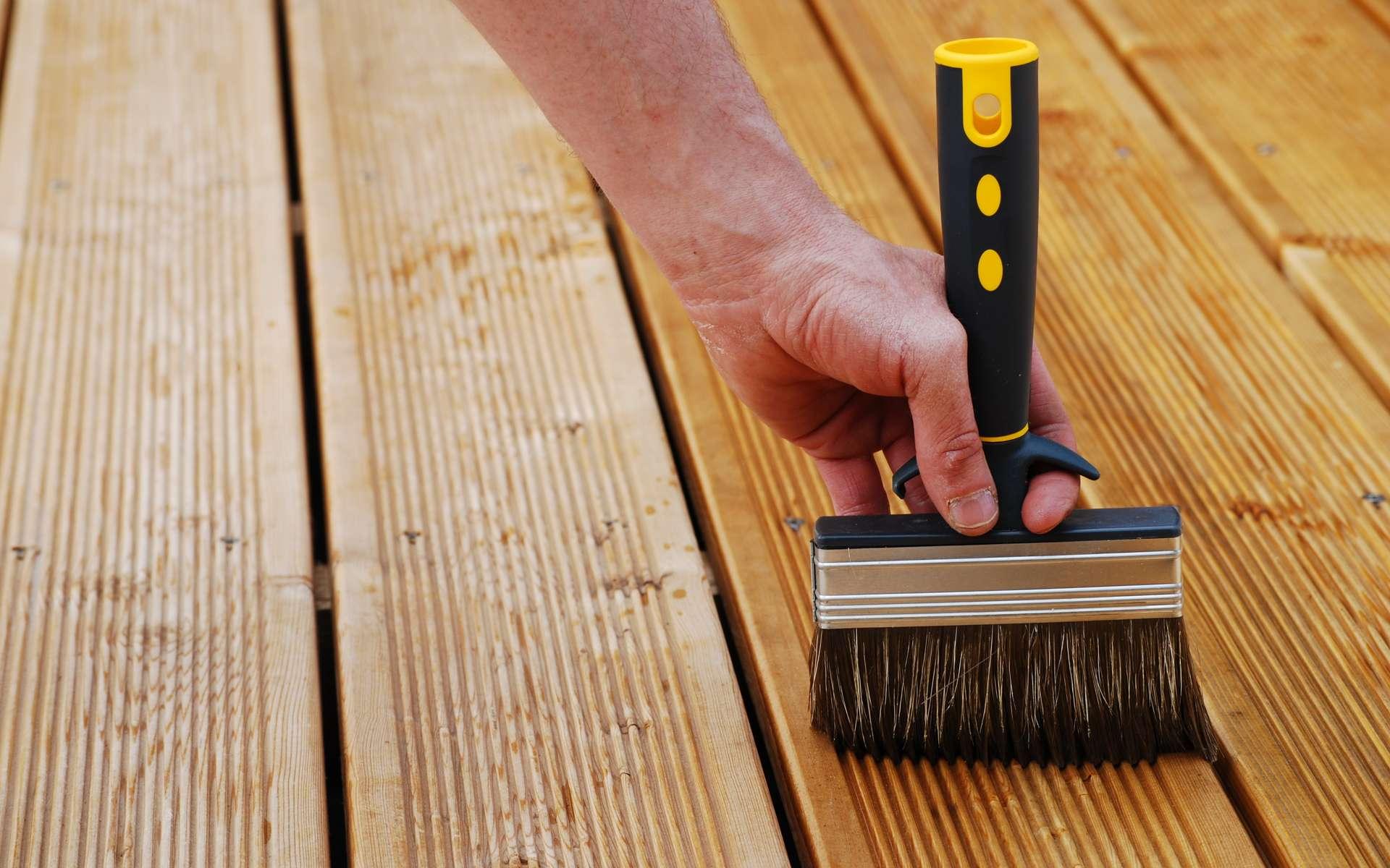 Une terrasse en bois est des plus chaleureuses mais doit être entretenue au moins une fois par an pour conserver son aspect originel. © soniaC, Adobe Stock