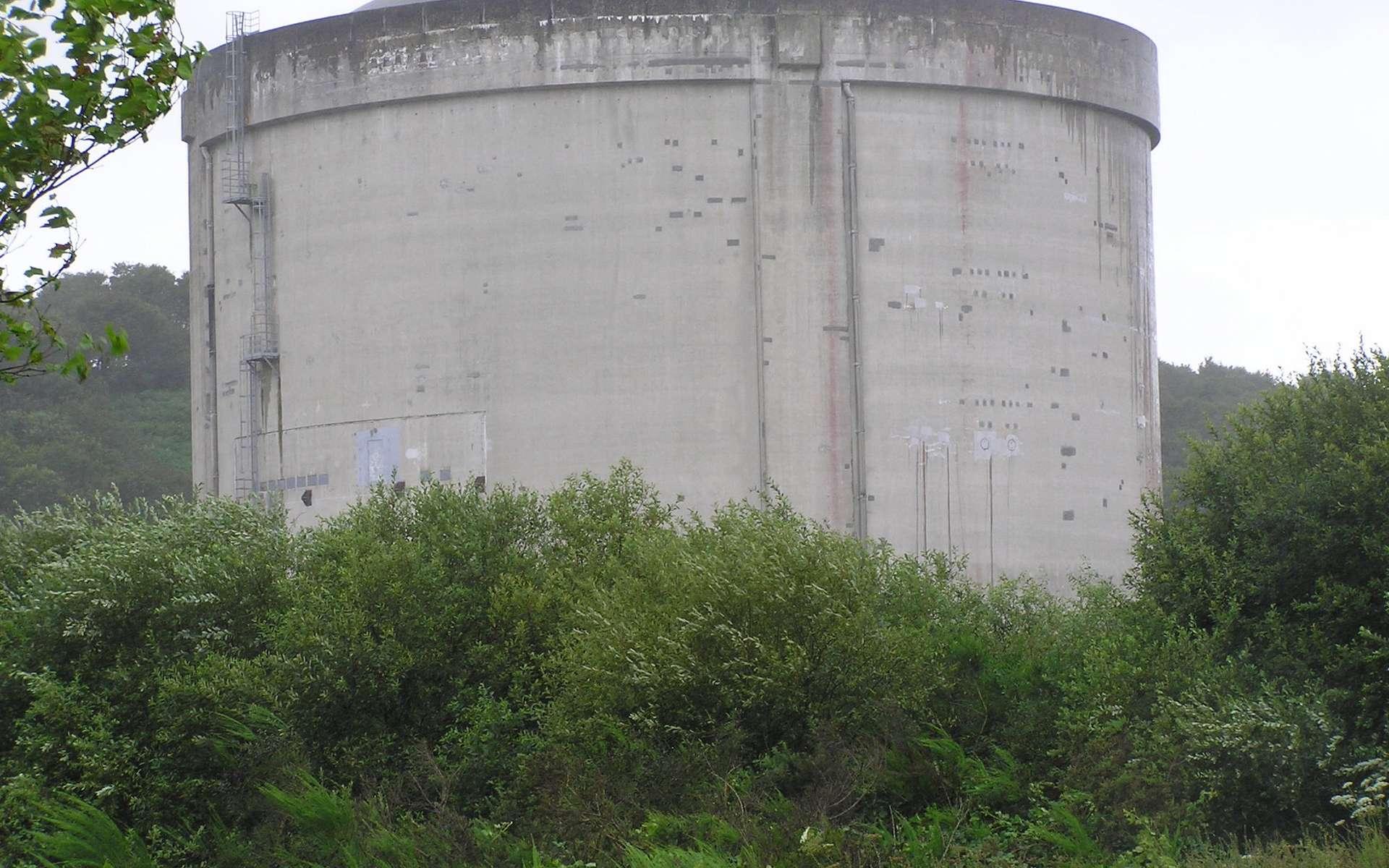 La centrale nucléaire des Monts d'Arrée (Brennilis, en Bretagne) a été exploitée de 1968 à 1985. La quasi totalité de la radioactivité présente sur site (combustible et eau lourde) était évacuée dès 1992. La fin des opérations de démantèlement est prévue pour 2025. © Perline, Wikipedia, CC by-sa 3.0