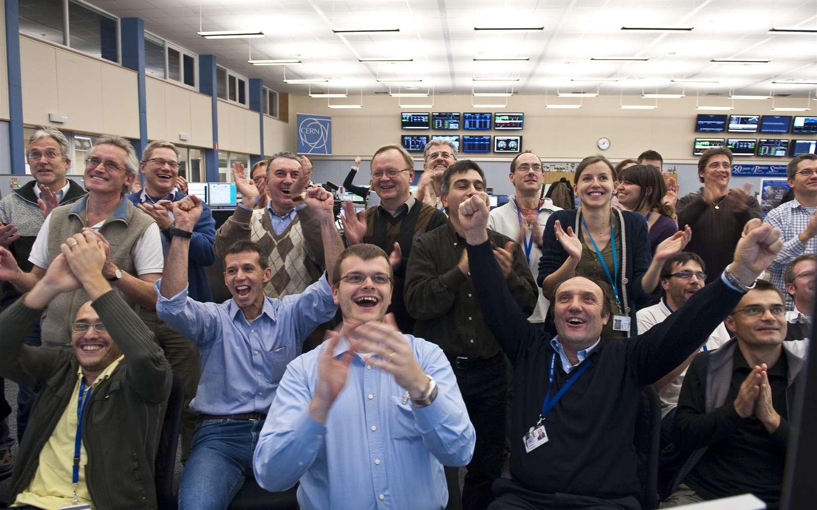 A 0 h 44 le 30 novembre 2009, le LHC bat son propre record d'énergie avec deux faisceaux atteignant 1,18 TeV. Les faisceaux ont été stoppés 45 minutes plus tard. On voit ici les réactions des physiciens dans la salle de contrôle du LHC. Crédit : CERN Photo Service; Maximilien Brice