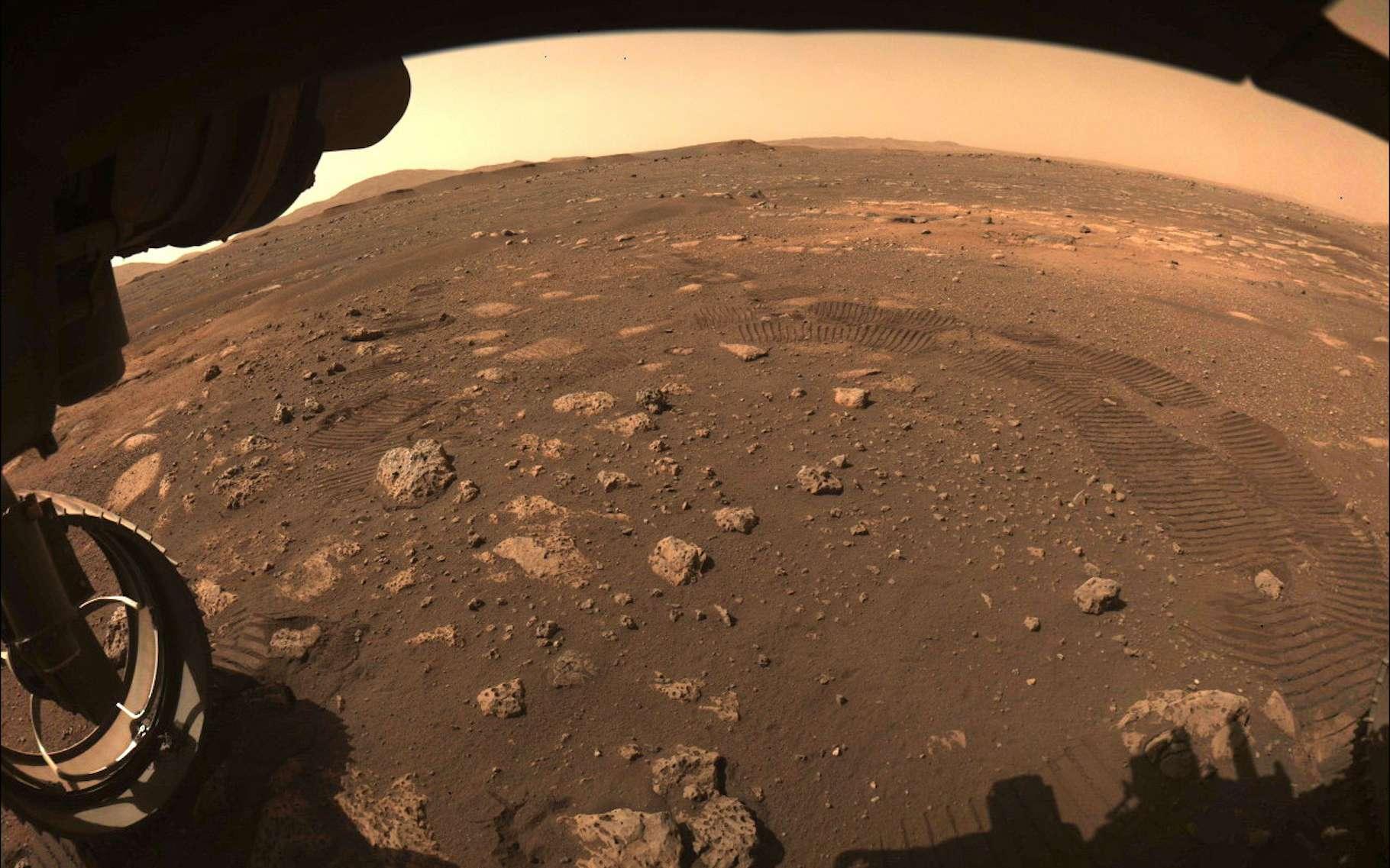 L'une des caméras de Perseverance a capturé cette image alors que le rover de la Nasa effectuait son premier trajet sur Mars, ce jeudi 4 mars 2021. © JPL-Caltech, Nasa