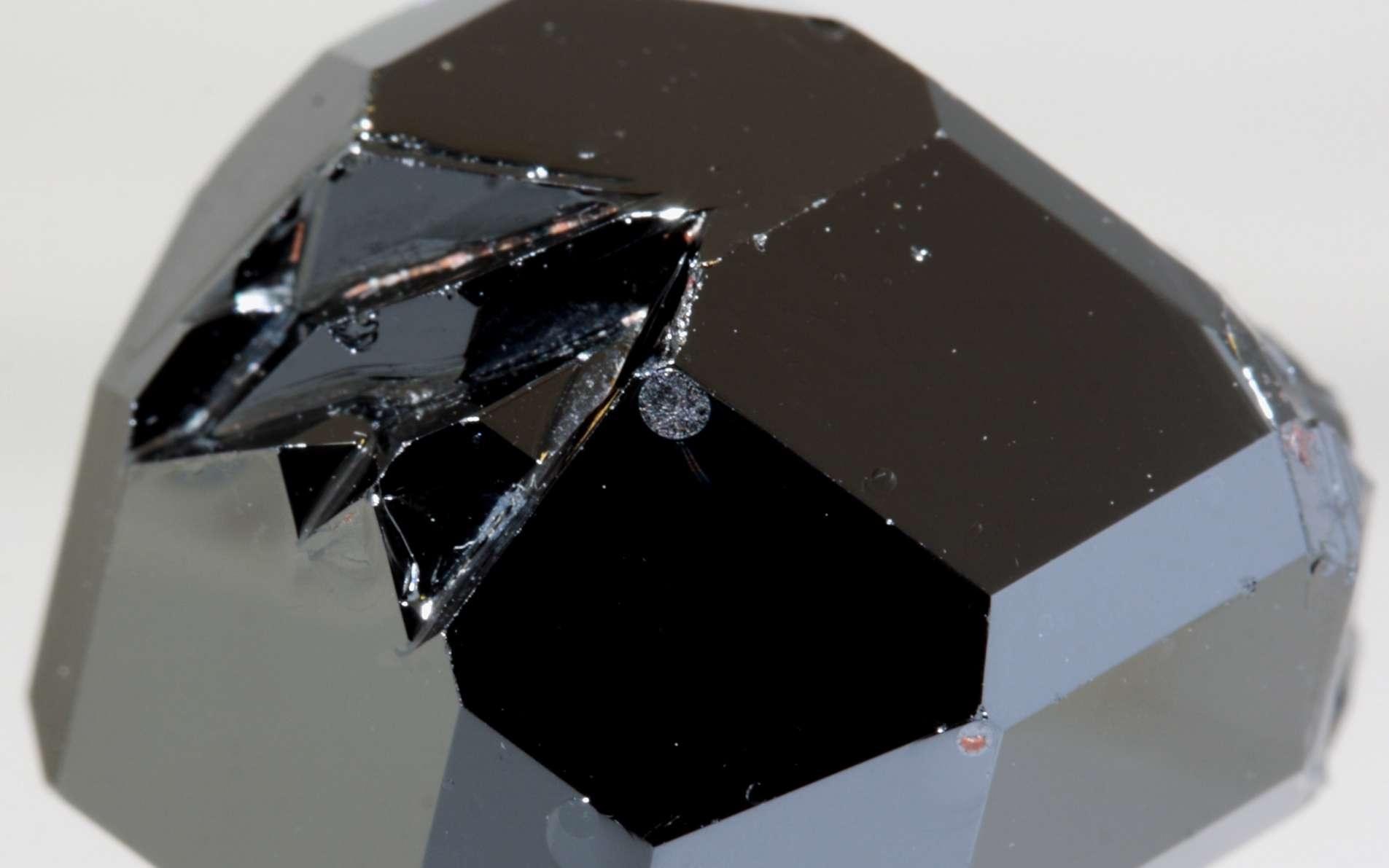 Un grenat d'yttrium-fer. Ce matériau deviendra-t-il la vedette des centres de données ? © Krizu, licence CC BY SA 3.0
