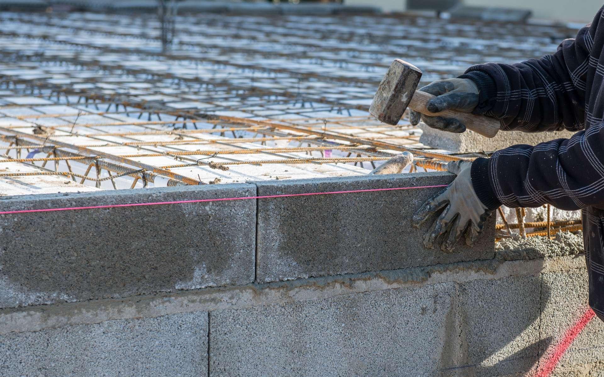La planelle se pose en périphérie d'un plancher. Elle se présente sous forme de bloc et peut être en parpaing, en brique ou en béton cellulaire. © Pictures news, Adobe Stock
