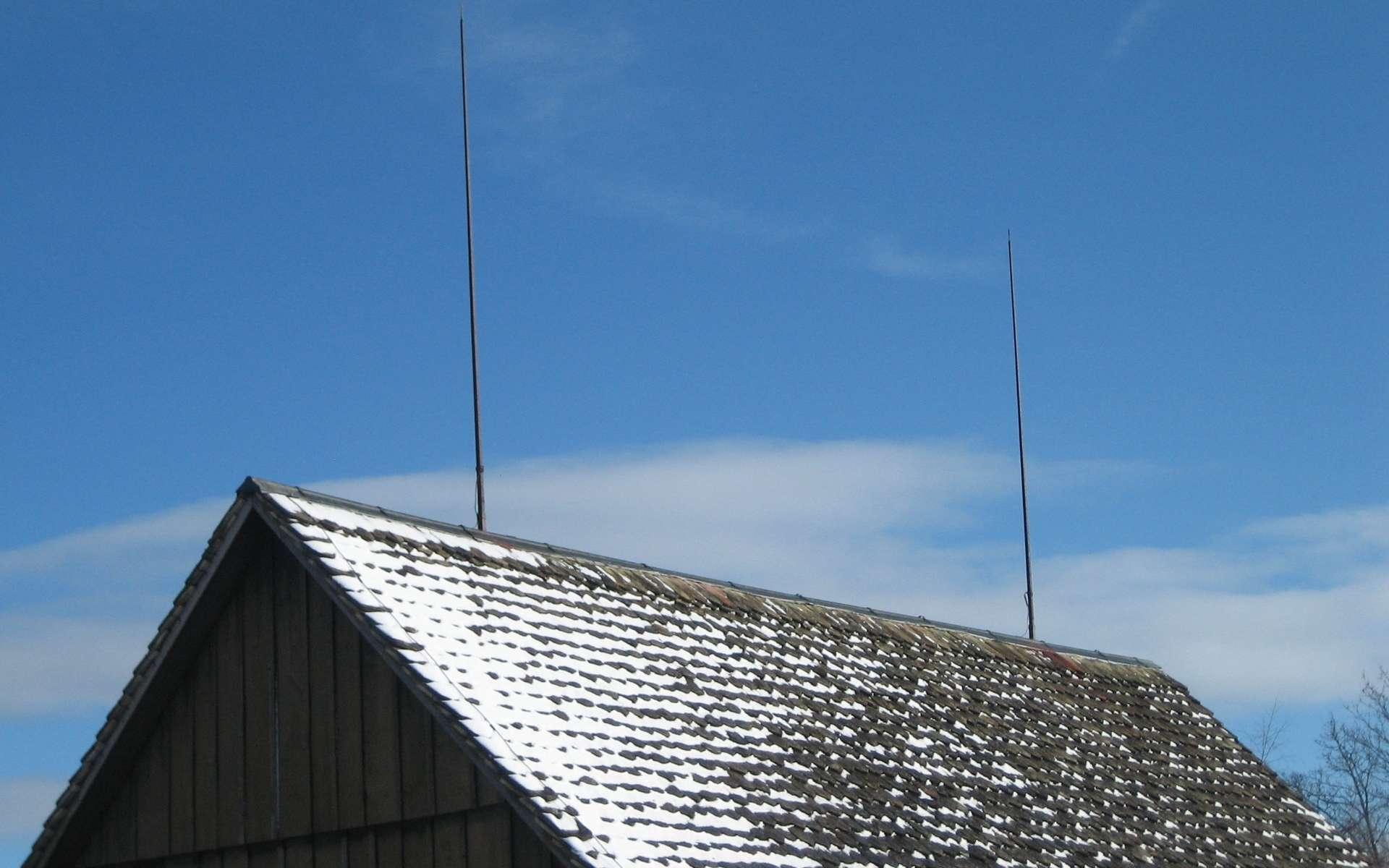 Le paratonnerre, installé en hauteur, évite l'impact de la foudre. © Adrian Michael, CC BY-SA 2.0, Wikimedia Commons