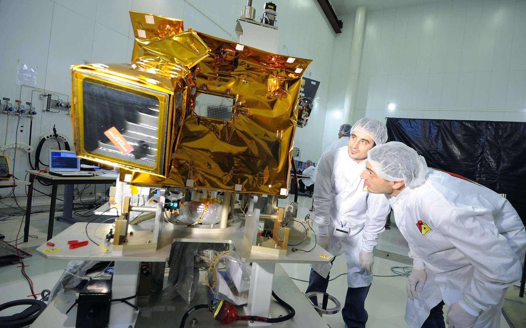 Intégration de la charge utile du microsatellite Picard au Centre spatial de Toulouse (Cnes). Crédits Cnes / Guindre Benjamin, 2008