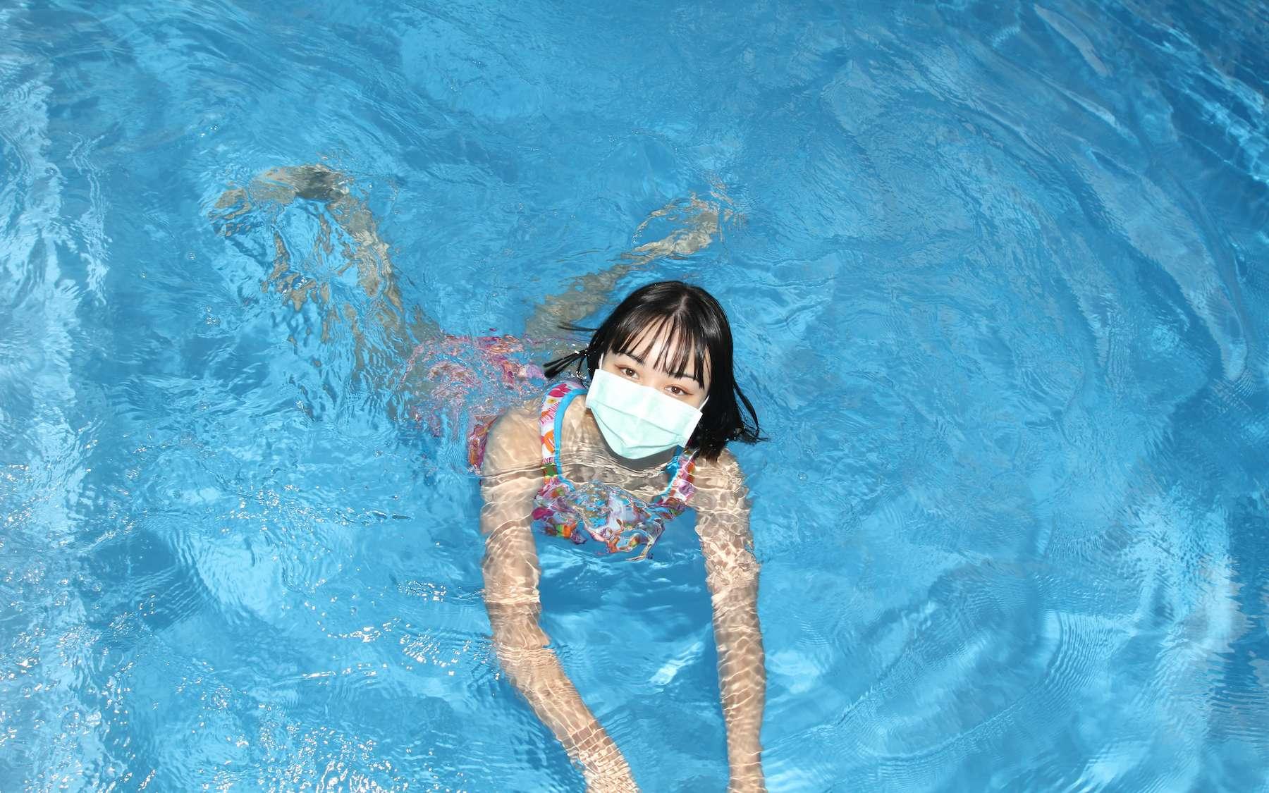 L'eau de mer ou de piscine est un environnement peu favorable pour les virus. © Cyrsiam, Adobe Stock