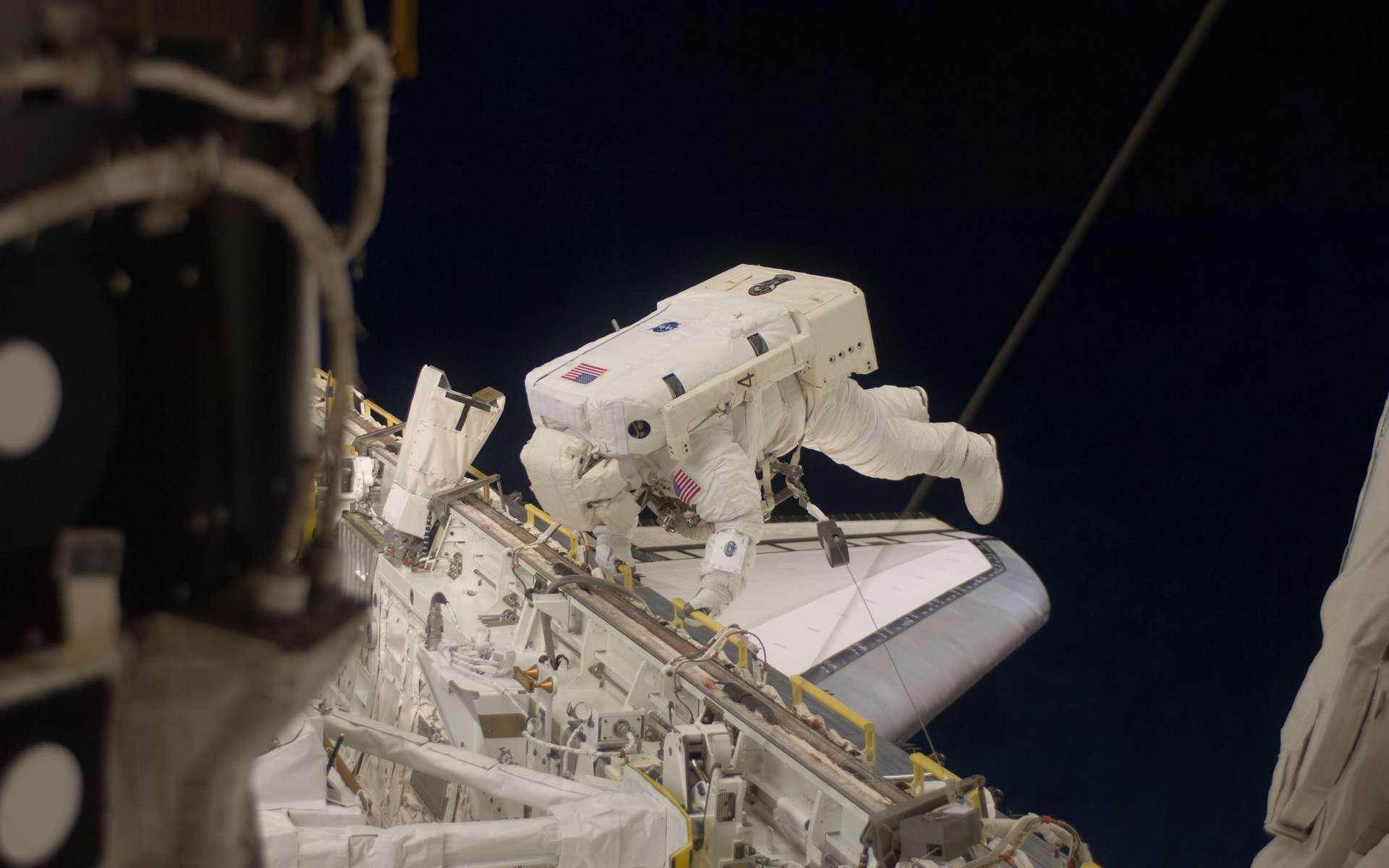 Tim Kopra lors de la première sortie dans l'espace de la mission STS-127, dimanche 19 juillet 2009, pour la fin de l'installation du module japonais Kibo. © Nasa