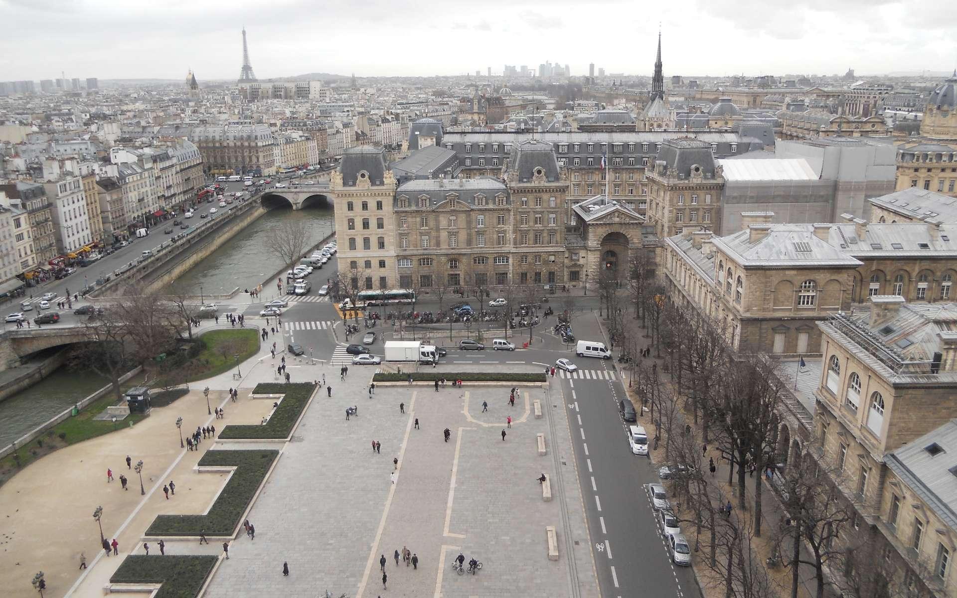 Le parvis est une grande place située au pied de monuments publics. © CC BY-NC-SA 3.0