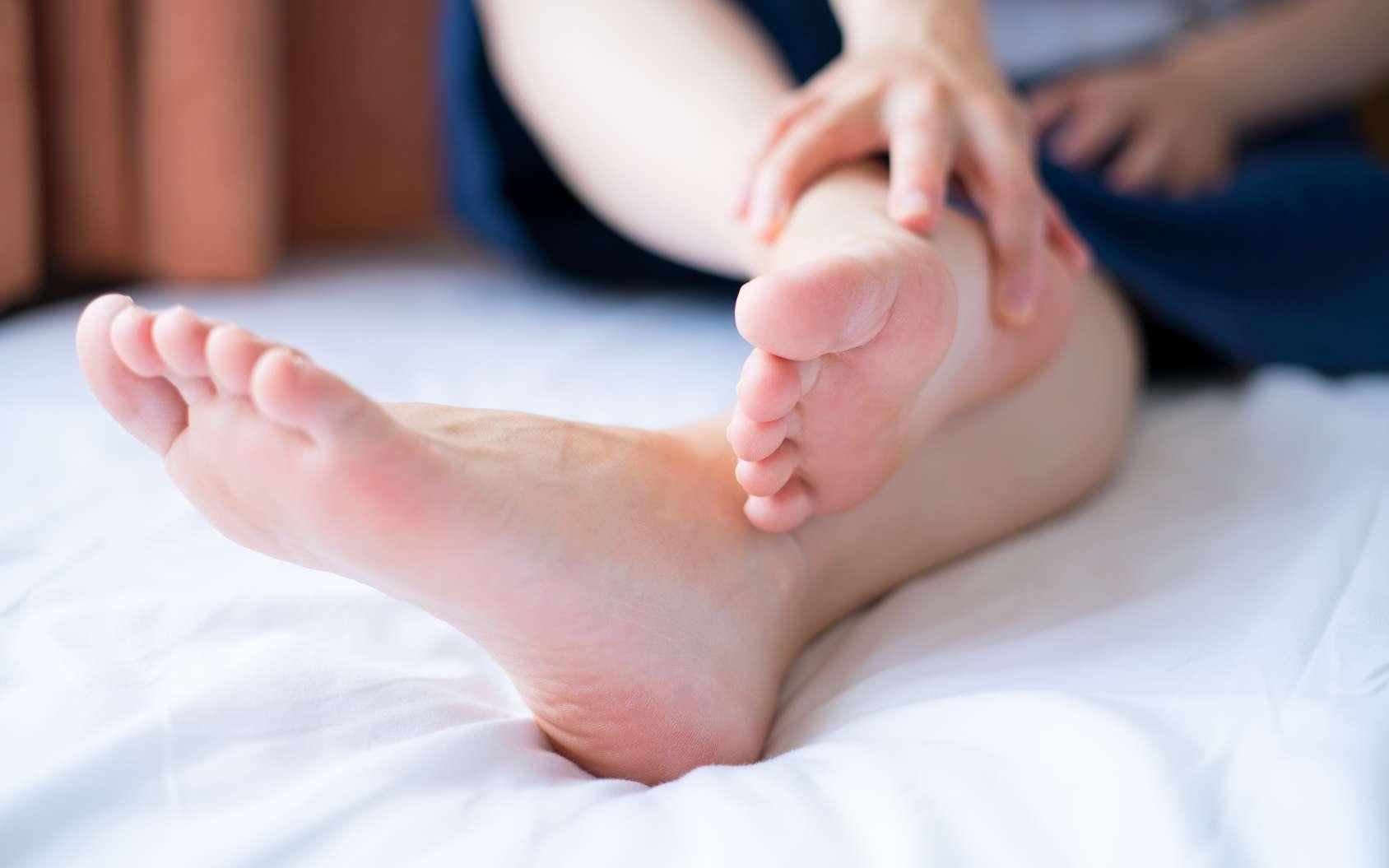 Le champignon responsable du pied d'athlète est un clone qui se reproduit de manière asexuée. © hikdaigaku86, Fotolia