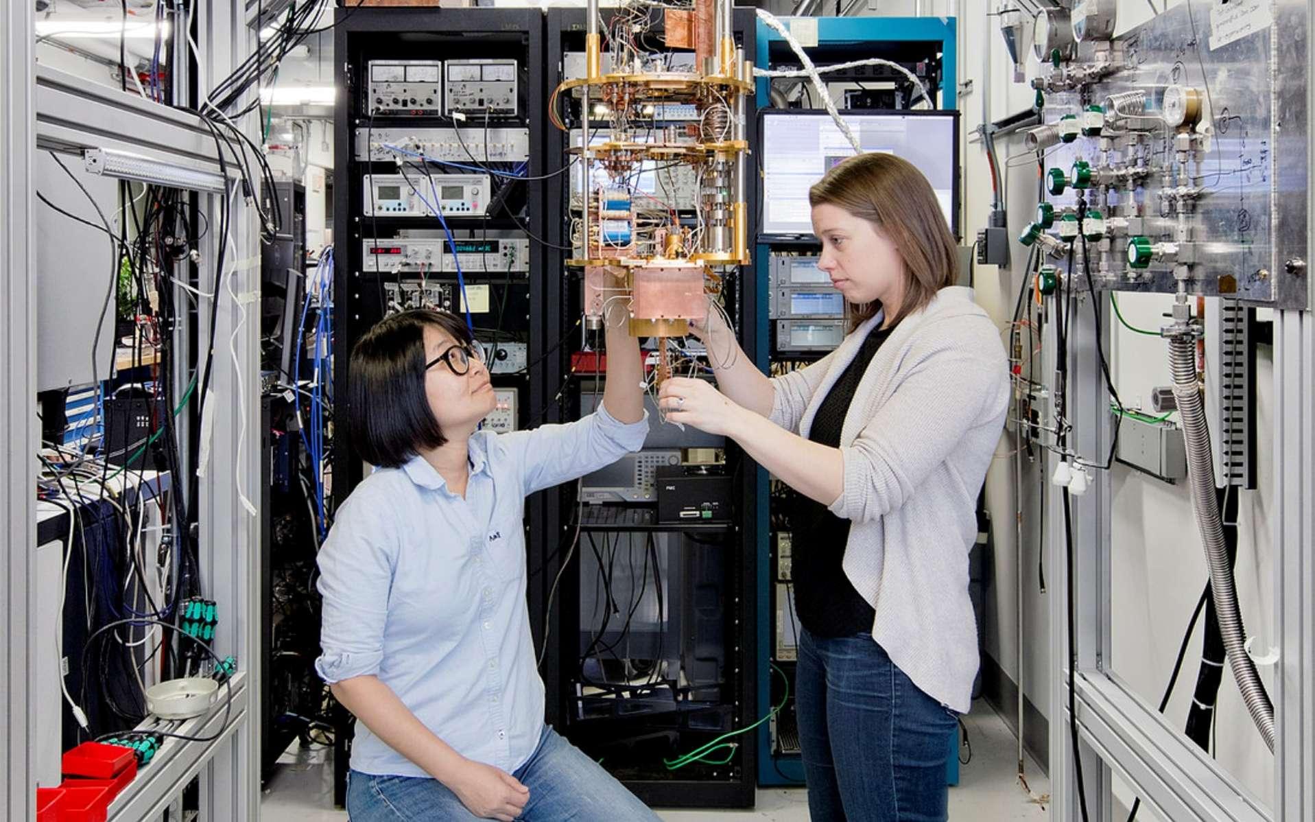 L'ordinateur quantique, c'est pour bientôt ? Ici, deux chercheuses d'IBM devant le processeur quantique connecté sur le cloud. © Connie Zhou, IBM