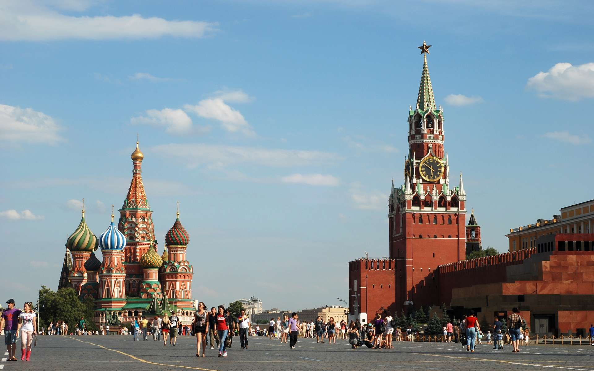 La place Rouge et le Kremlin de Moscou avec, au loin, la cathédrale Saint-Basile-le-Bienheureux. © Alvesgaspar, Wikimedias Commons, CC by-sa 3.0