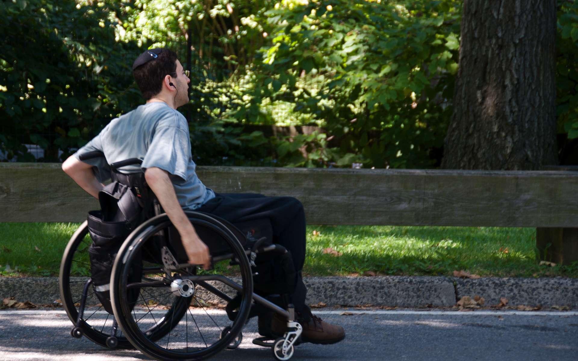 La paraplégie est due à une lésion dans la partie inférieure de la moelle épinière, affectant les membres inférieurs. La personne ne pouvant plus tenir sur ses jambes, elle doit vivre en fauteuil. Mais cela n'est pas sans conséquence sur l'état de santé général, car passer sa vie assis favorise de nombreuses pathologies, qu'elles soient cardiovasculaires, urinaires, digestives ou respiratoires. Remarcher grâce à un exosquelette pourrait aussi réduire les risques d'apparitions de ces troubles. © Ed Yourdon, Fotopédia, cc by sa 2.0
