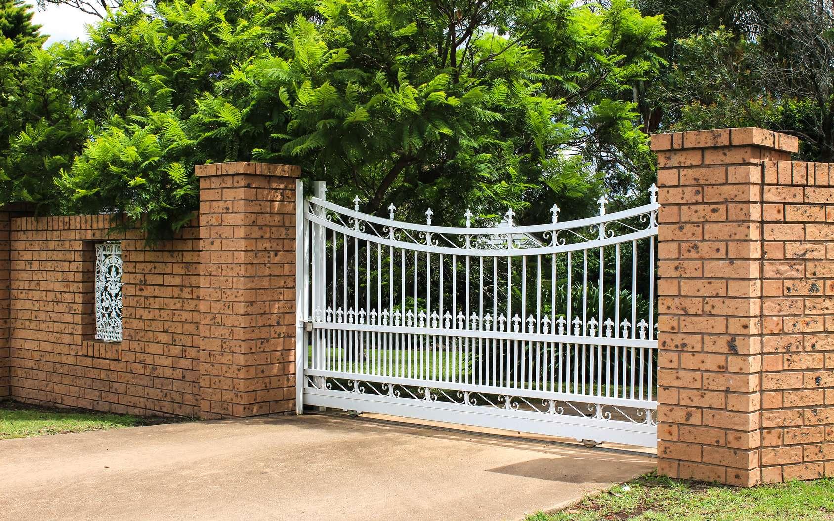 Construire une fondation de portail coulissant est une étape importante. © squirrel7707, Fotolia