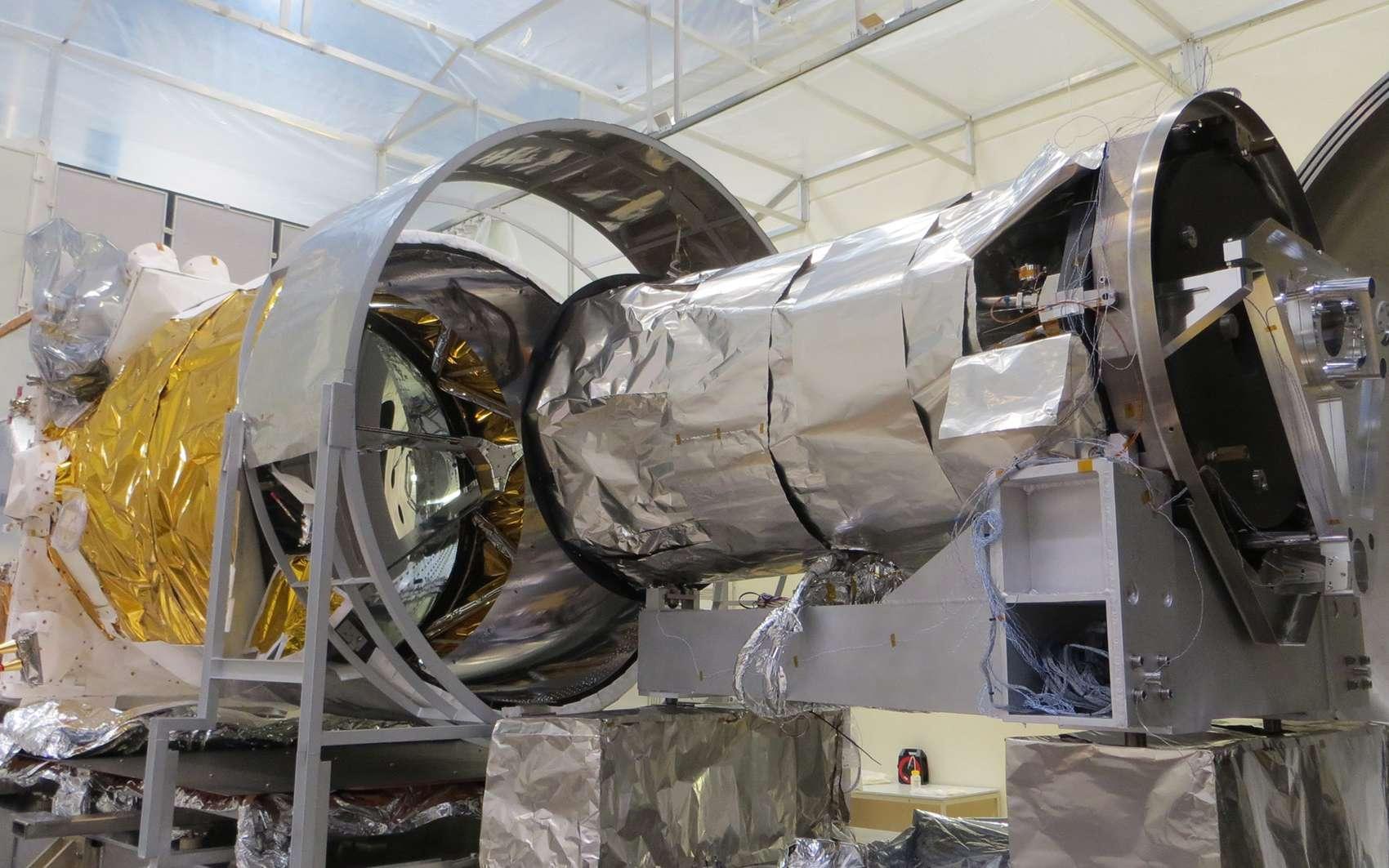 Le satellite ADM-Aeolus, au Centre spatial de Liège, prêt à entrer dans la cuve Focal5, à l'intérieur de laquelle il subira ses essais de vide thermique. © ESA