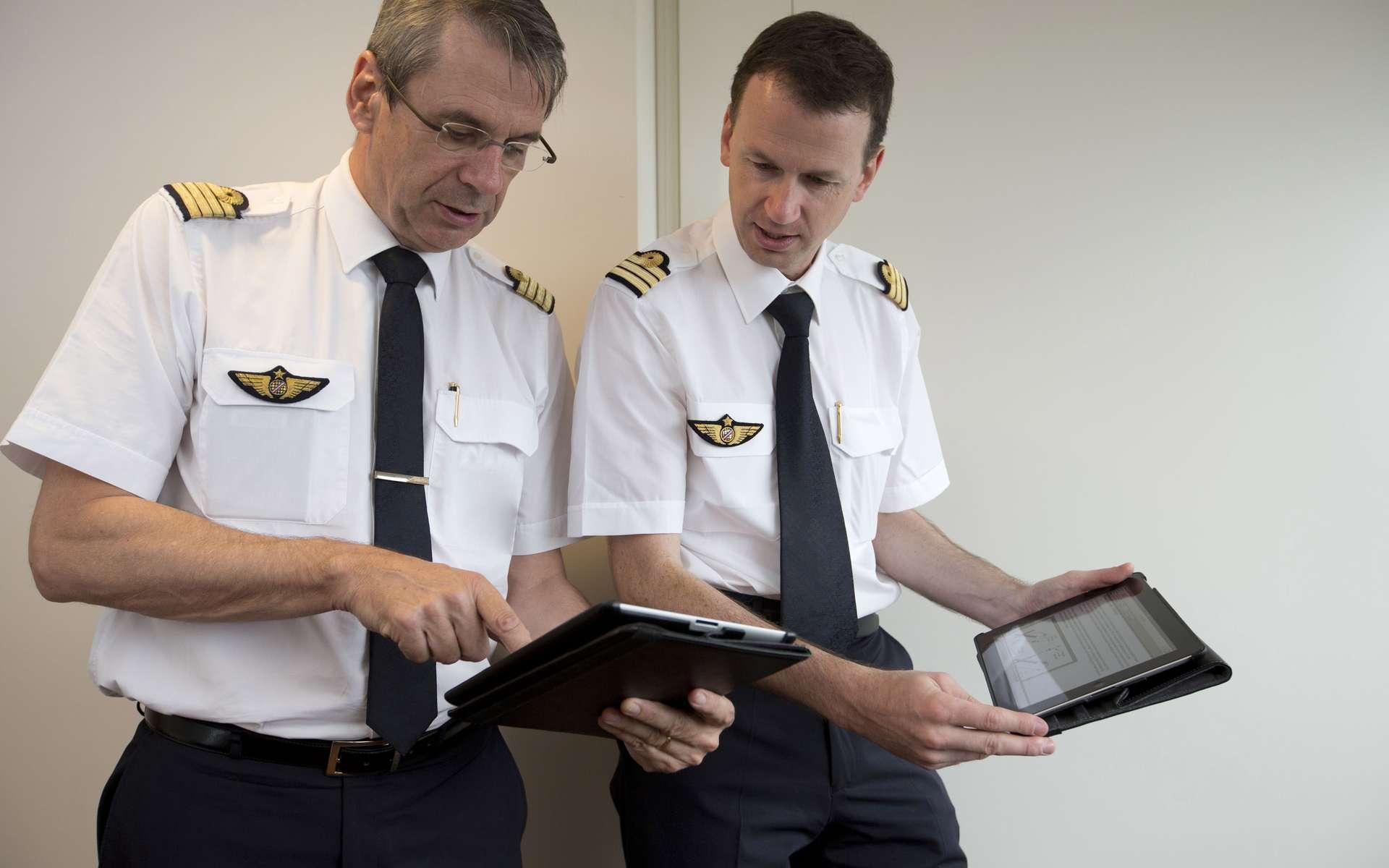 Air France a commencé à équiper ses 4.100 pilotes avec l'iPad, et ce dès juin 2012 pour les pilotes de Boeing 777. Le déploiement s'achèvera durant l'été 2013. © Air France