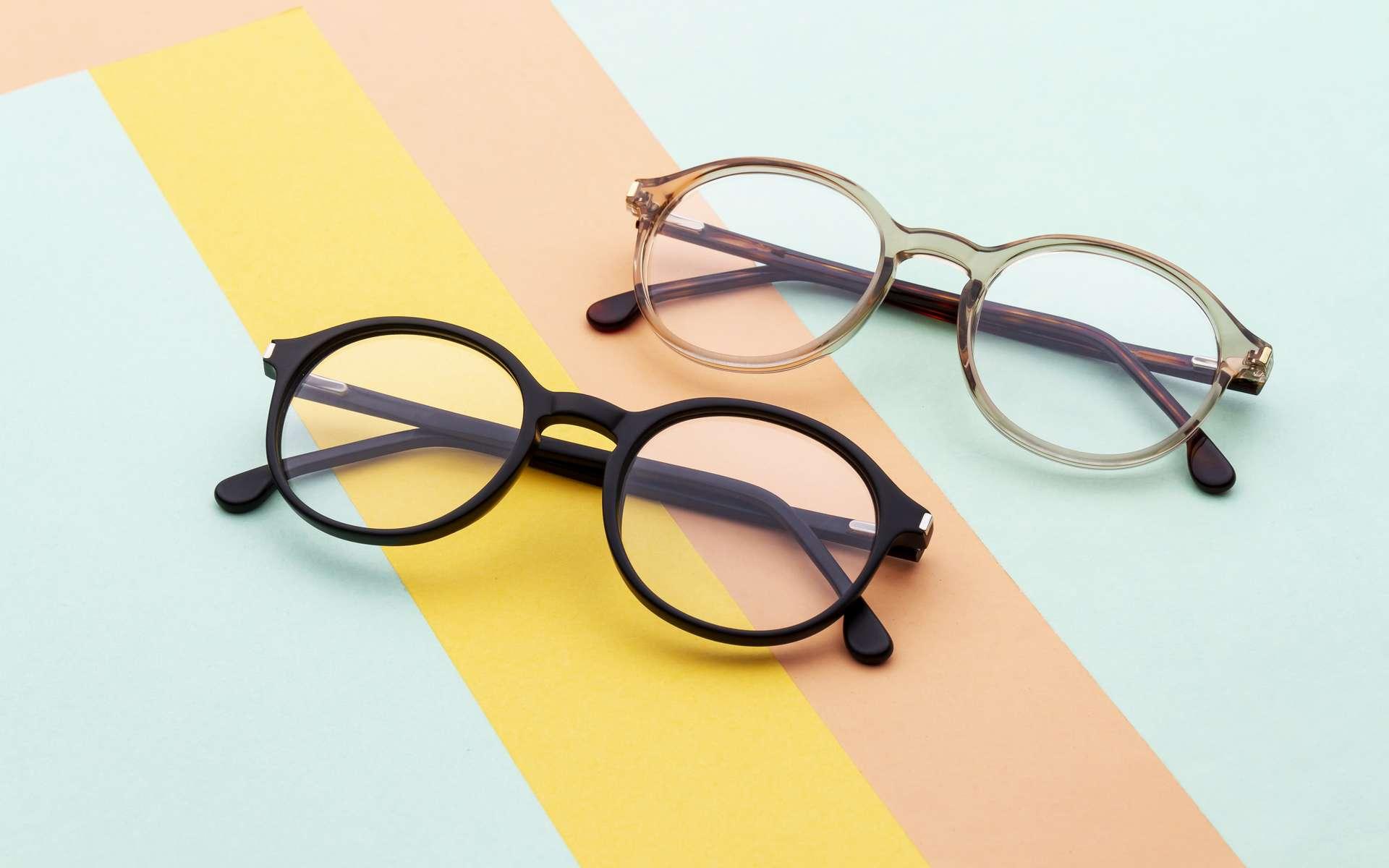 Les lunettes sont particulièrement exposées aux microbes et aux virus. © Ramakant, Adobe Stock