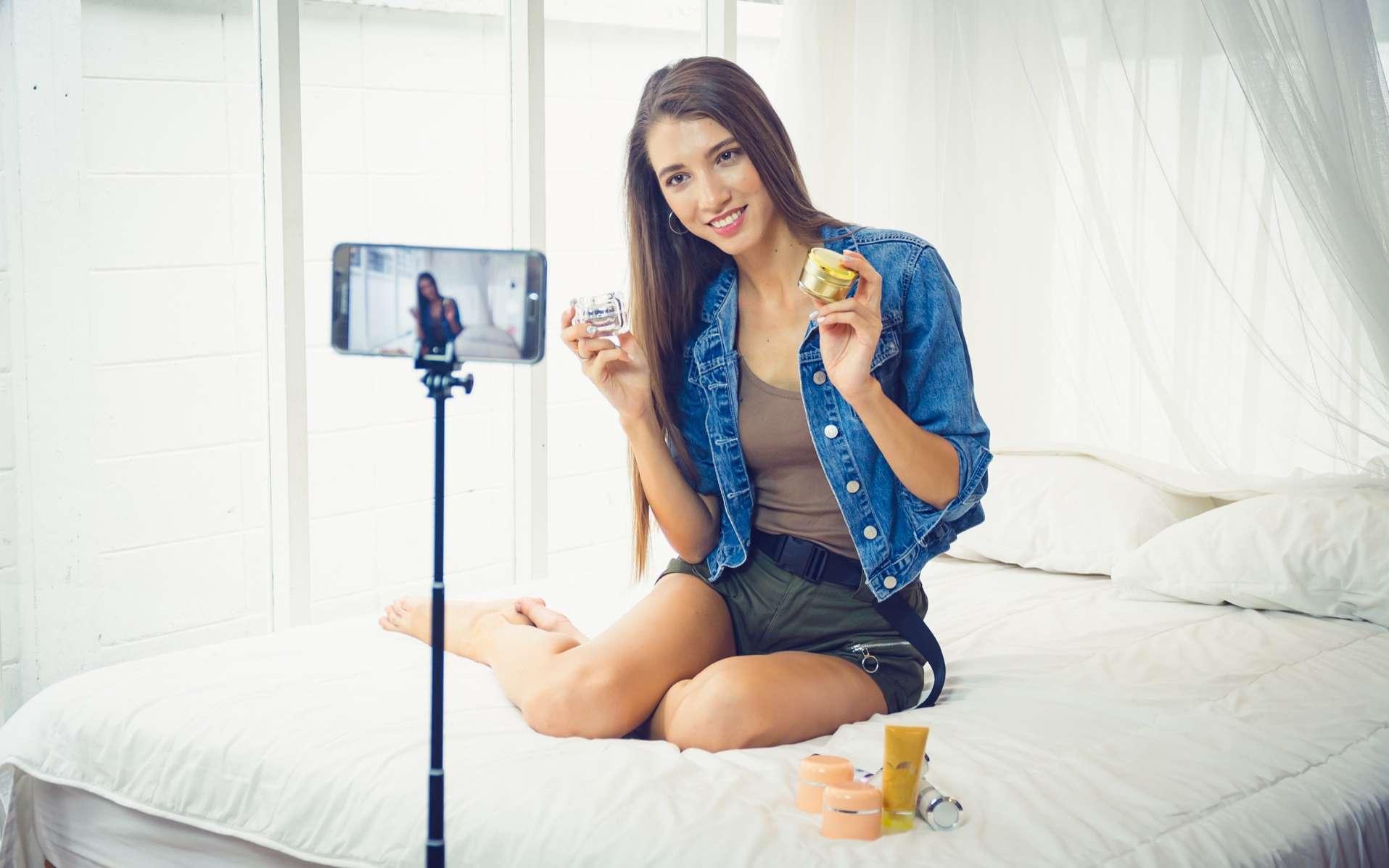 Un simple smartphone suffit aujourd'hui à réaliser une vidéo de qualité. Toutefois, si l'on veut percer sur Youtube, il importe d'adopter le point de vue d'un réalisateur et de bien préparer sa prise. © littlekop, Adobe Stock