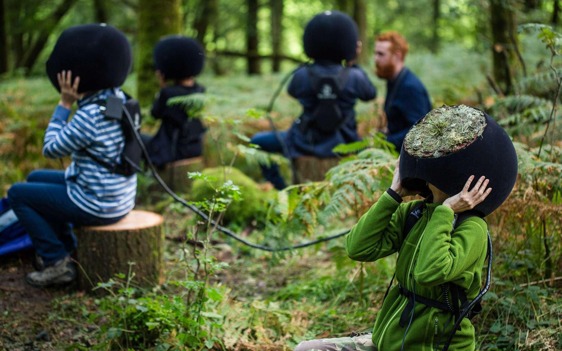 Ces drôles de casques sont en fait un équipement de réalité virtuelle pour explorer la forêt à travers les yeux des animaux et insectes qui la peuplent. © Marshmallow Laser Feast
