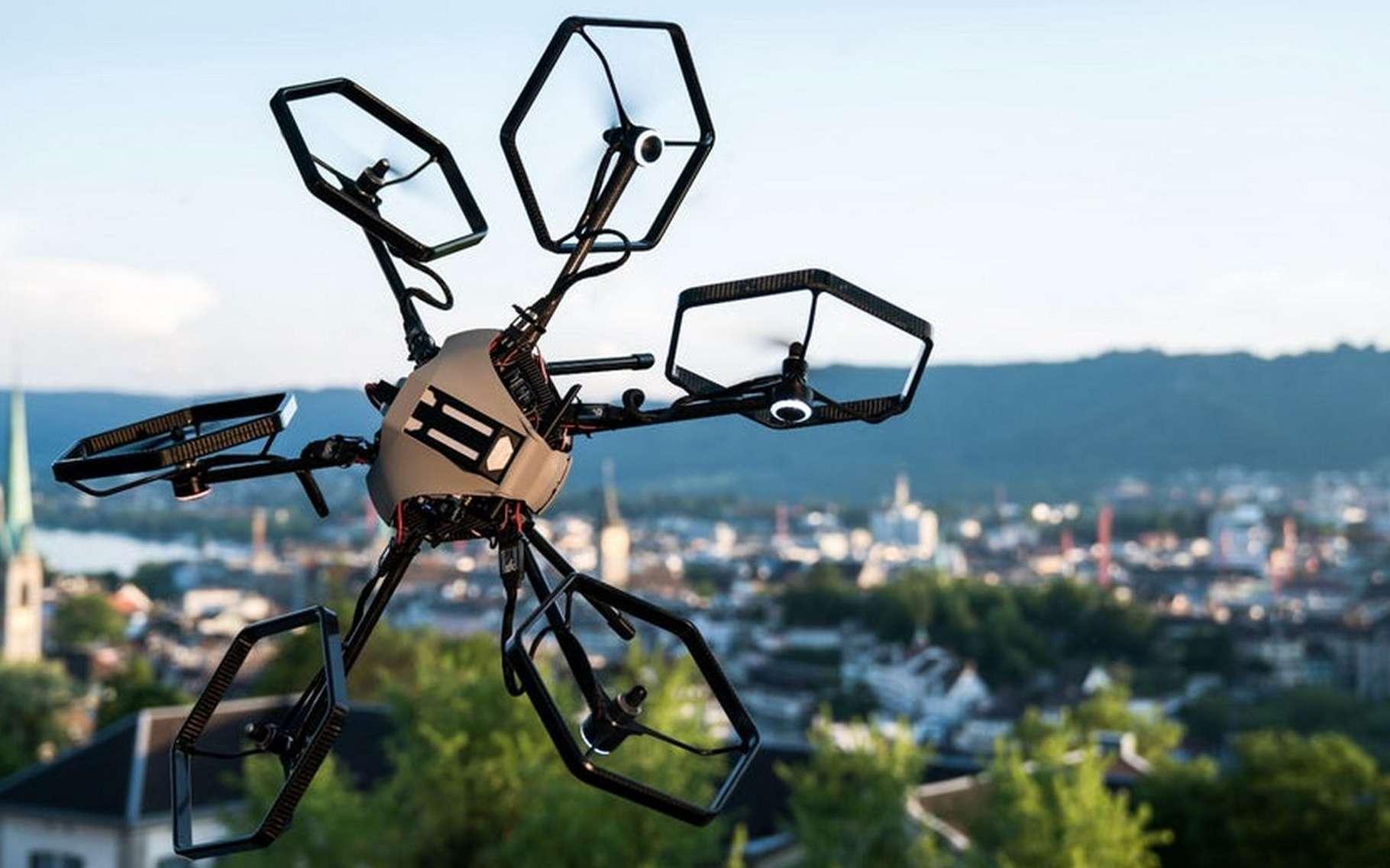 Le drone à rotors pivotants Voliro de l'ETH Zurich permet de réaliser des figures inédites. © ETH Zurich