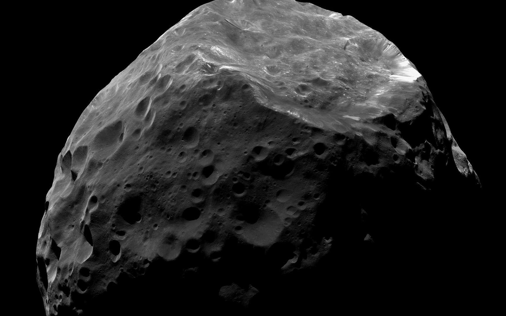 Aucune sonde n'a encore approché un Centaure. Toutefois, un satellite de Saturne, Phoebe (environ 200 km), ici photographié par la sonde Cassini, est considéré comme un objet de cette famille atypique qui aurait été capturé par la planète géante. © Nasa, JPL-Caltech, Space Science Institute