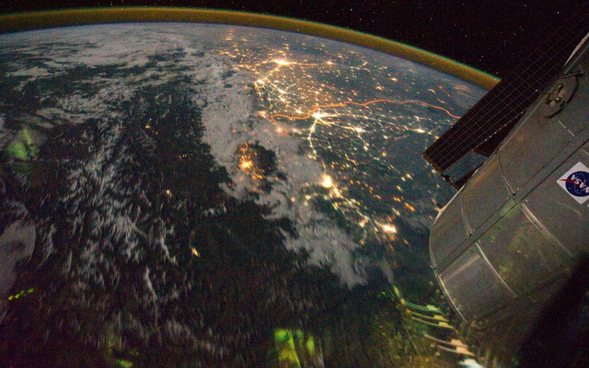 Survolée en aout 2011 par l'équipage 28 de l'ISS, la frontière indopakistanaise a été photographiée par les astronautes avec un objectif de 16 mm qui permet un large champ de vision. © Nasa