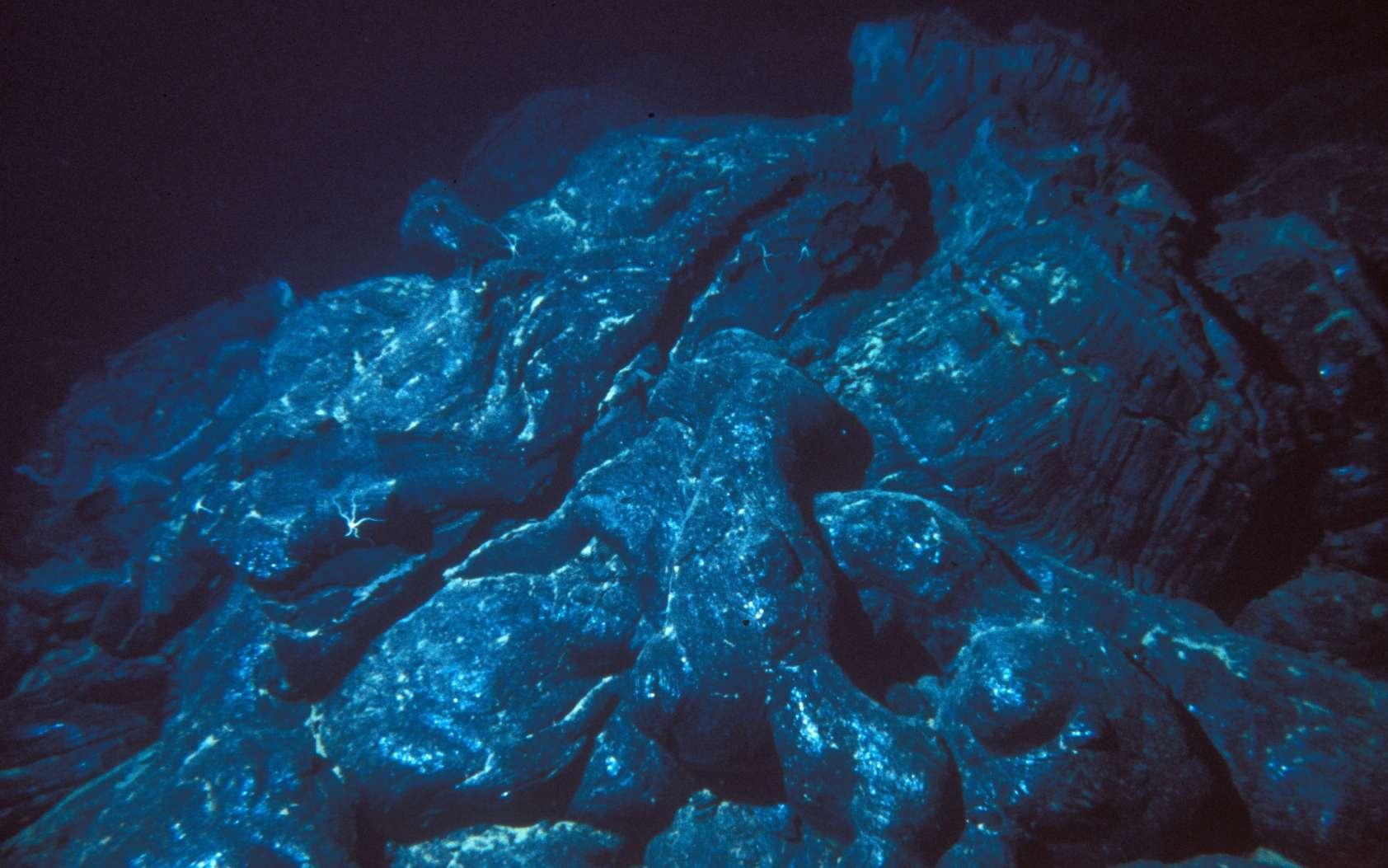 Les éruptions sous-marines se produisent souvent à des milliers de mètres sous la surface des océans en donnant des laves en coussin. © NOAA