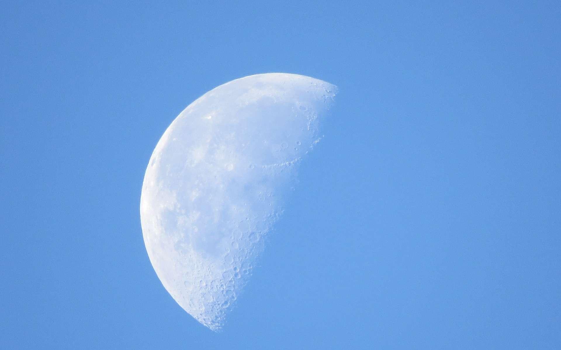 En fonction des saisons et de ses phases, la Lune peut être visible en plein jour. © airesvaz, Pixabay, DP