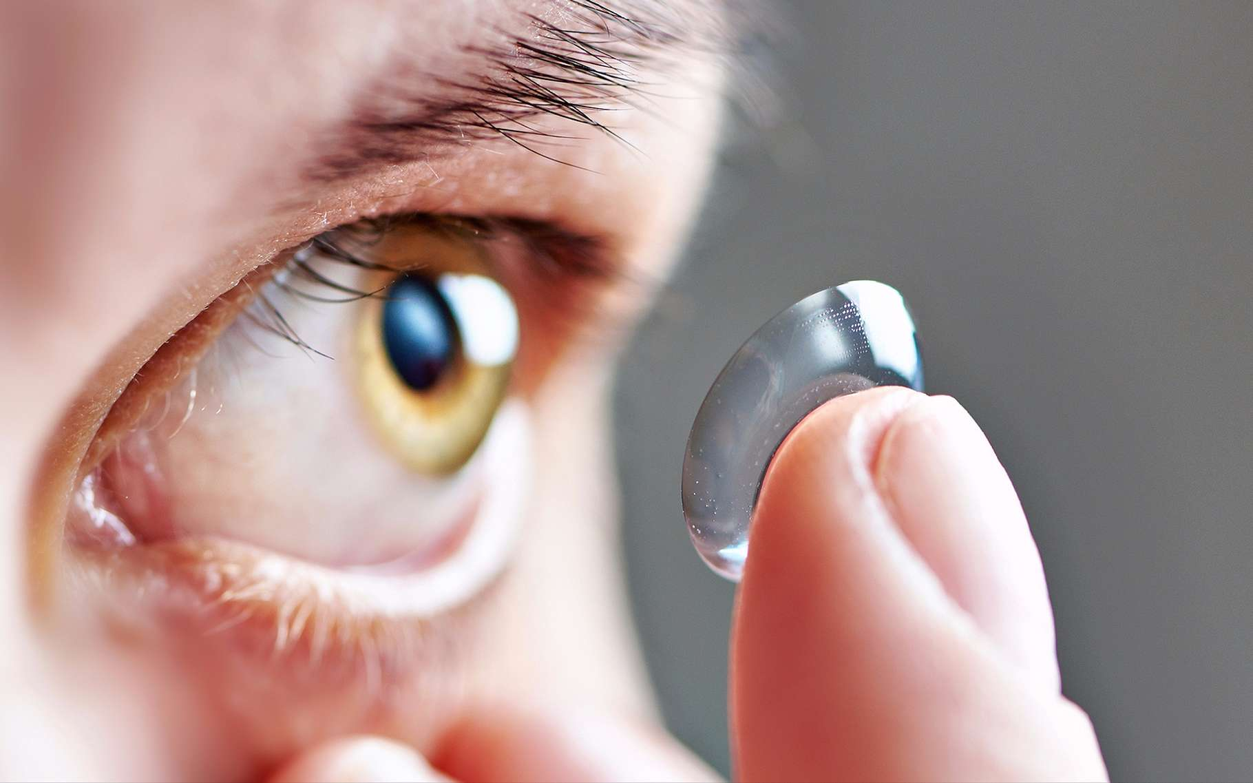 Si les yeux sont trops secs, mieux vaut ne pas porter de lentilles de contact. © Sergey Ryzhov, Shutterstock