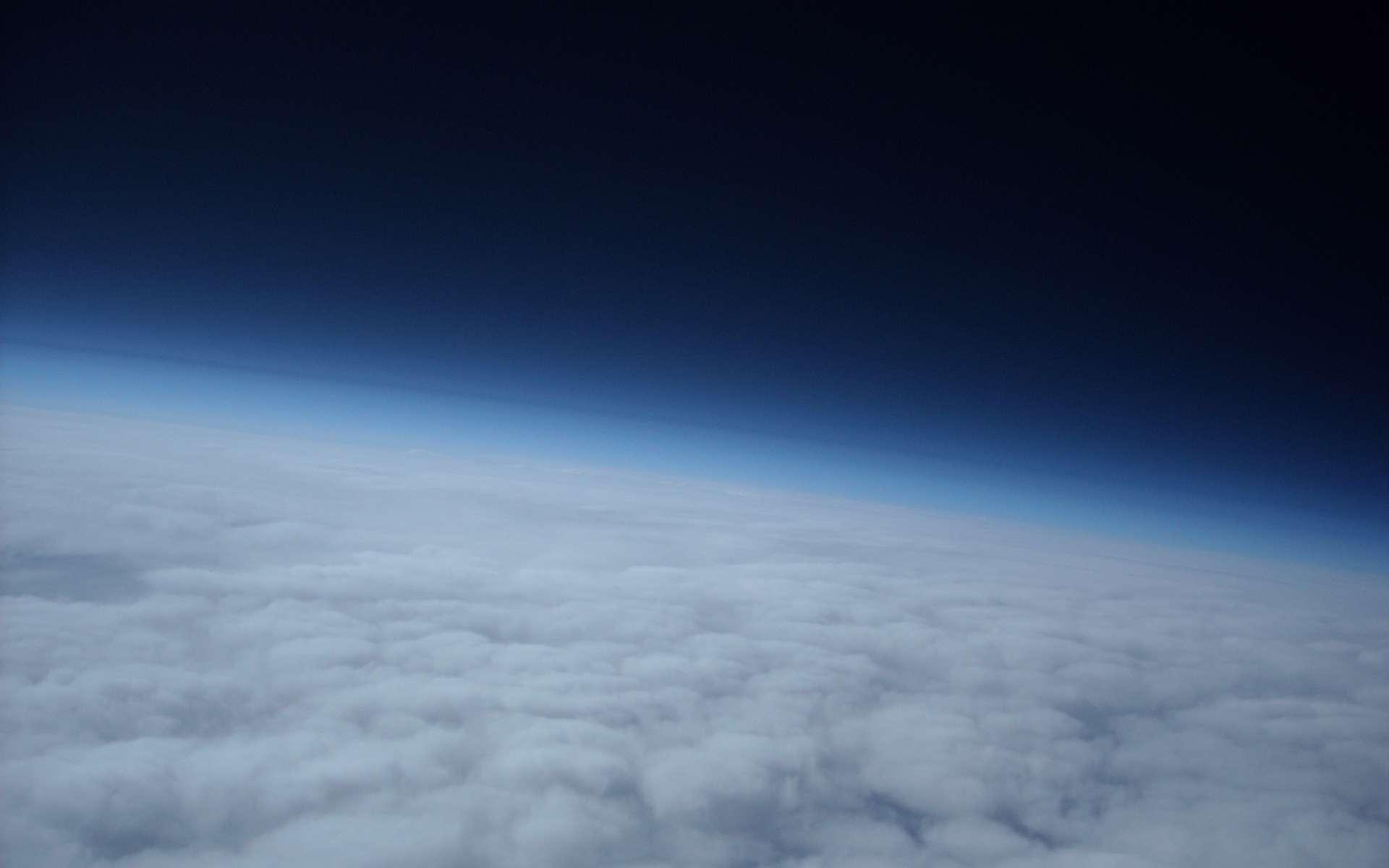L'atmosphère terrestre est principalement composée de molécules diatomiques. Les liaisons chimiques à l'origine de la formation de ces molécules sont des liaisons covalentes. © meteotek08, Flickr, CC by-sa 2.0