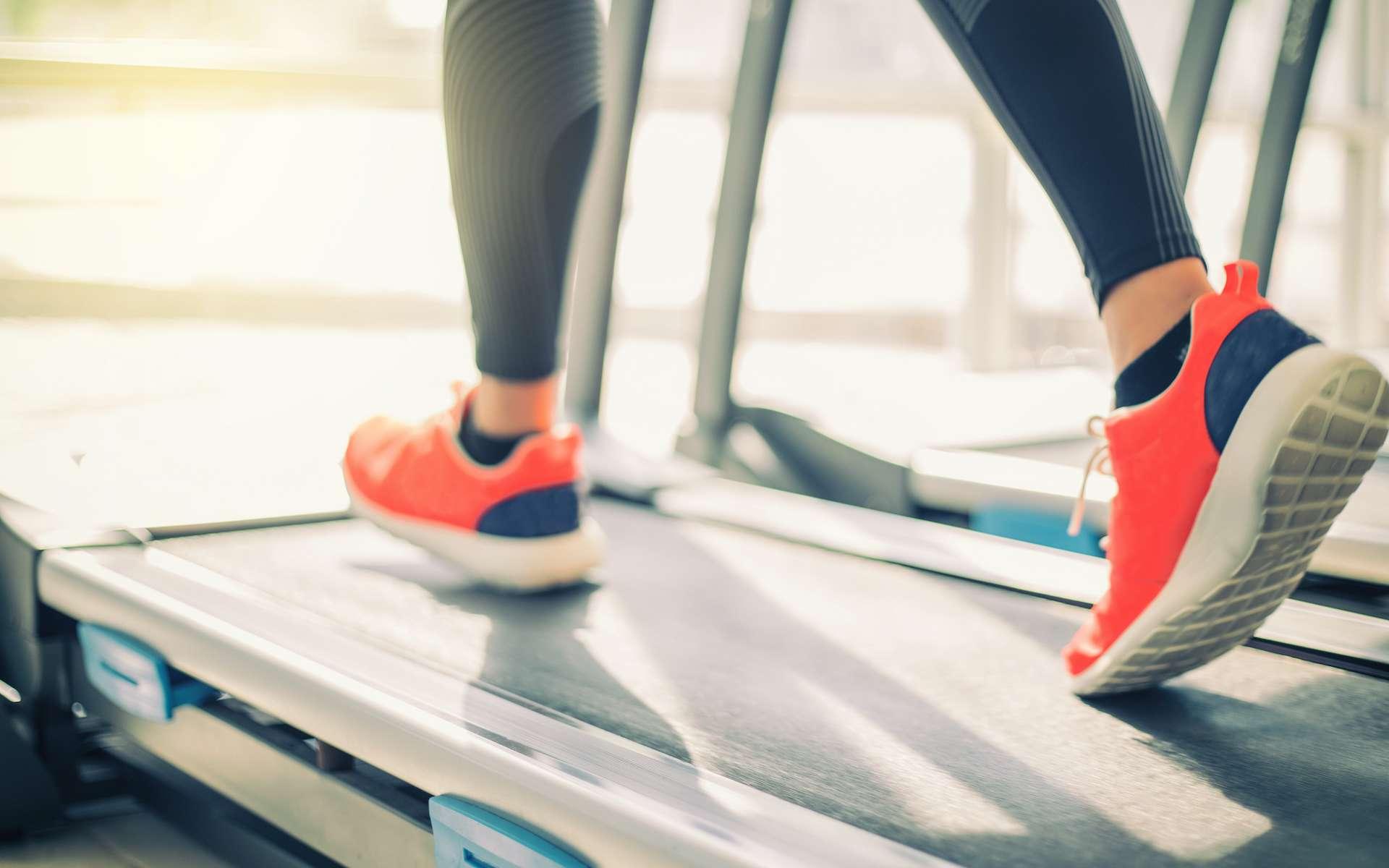 On dépense un peu moins de calories en courant sur un tapis que dehors. © tuiphotoengineer, Adobe Stock