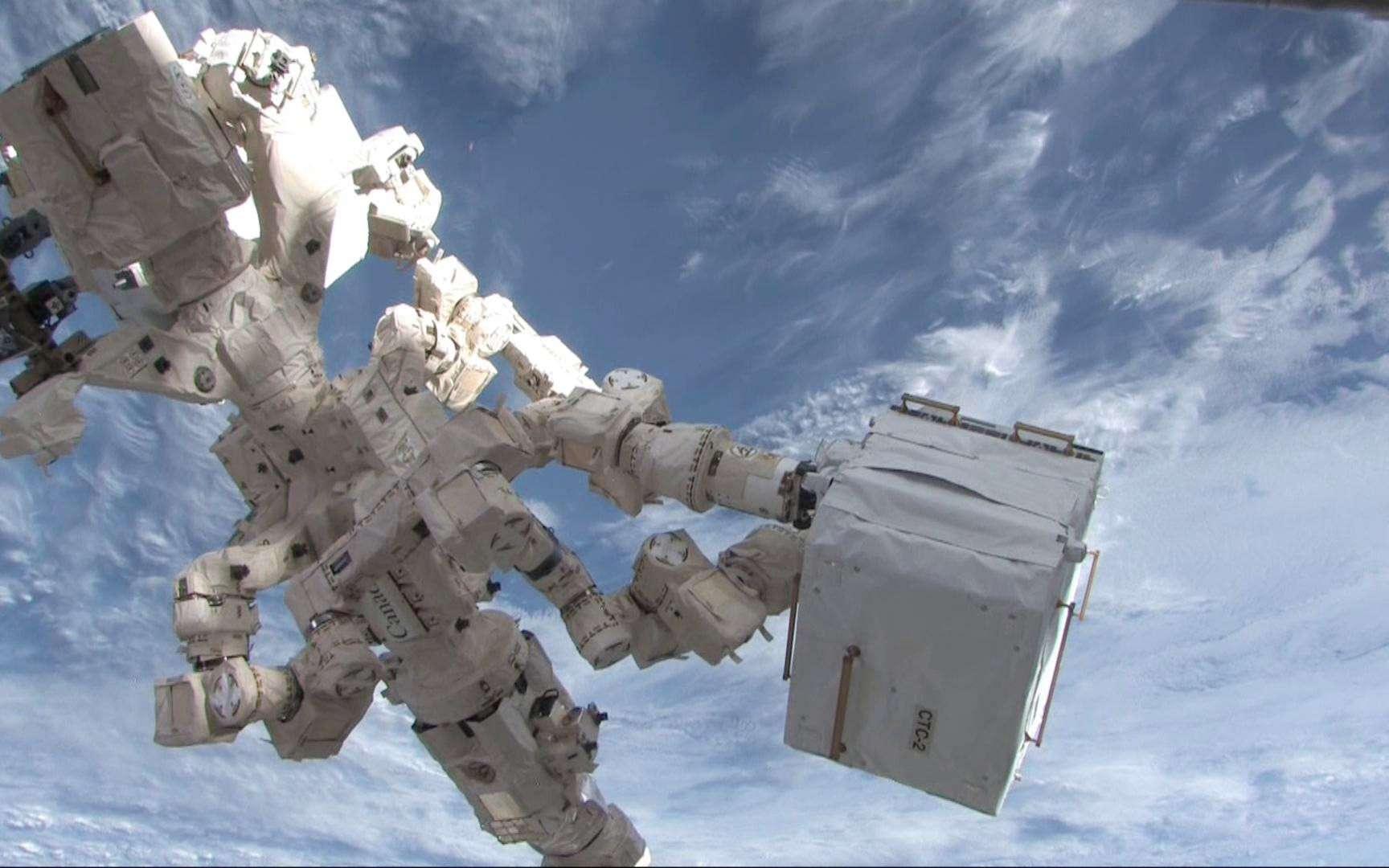 Dextre a une nouvelle fois démontré toute son utilité en remplaçant un élément défectueux par un autre. Tâche qui était jusqu'à présent dévolue aux astronautes lors de sorties dans l'espace. © Nasa