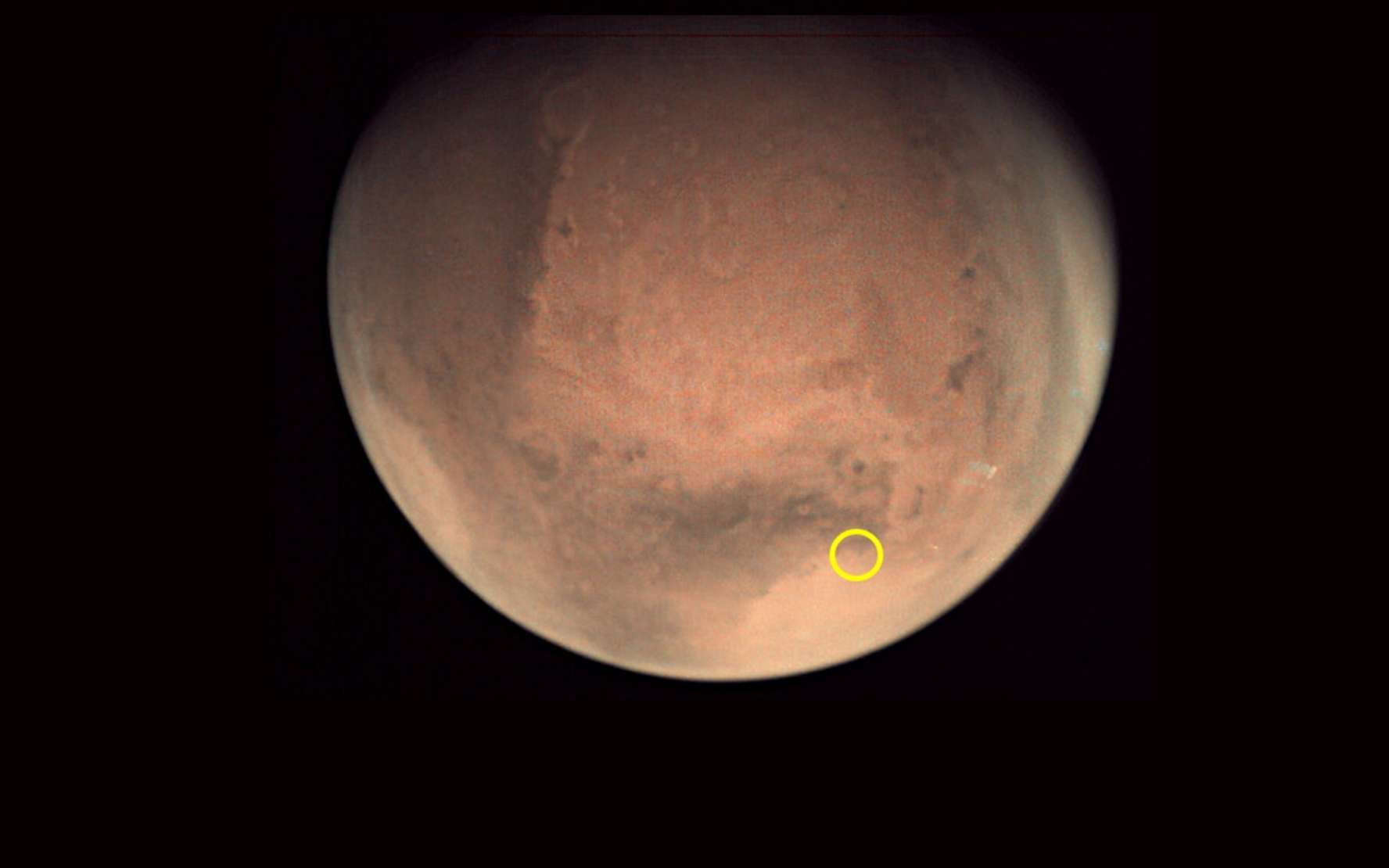 Mars imagée par la webcam de la sonde Mars Express. Le cercle jaune indique la localisation du cratère Jezero où va se poser Perseverance le 18 février 2021. © ESA