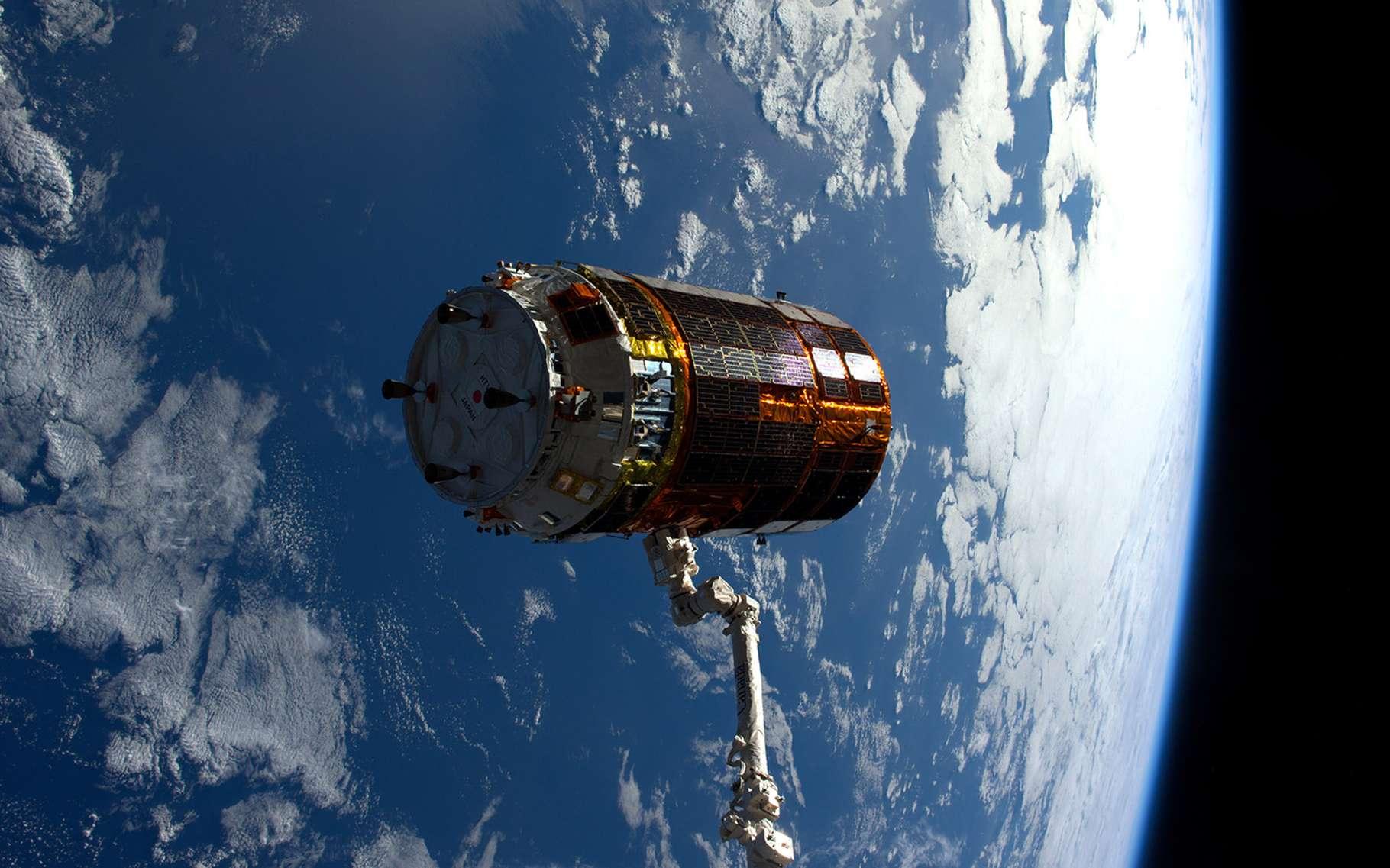 p>Amarré à la Station depuis le 13 décembre 2016, le cargo nippon HTV-6 a quitté le complexe orbital le 27 janvier 2017 et s'est consumé dans l'atmosphère terrestre le 6 février. Avant cela, il a testé sans succès une ancre spatiale pour ralentir sa vitesse. © Nasa