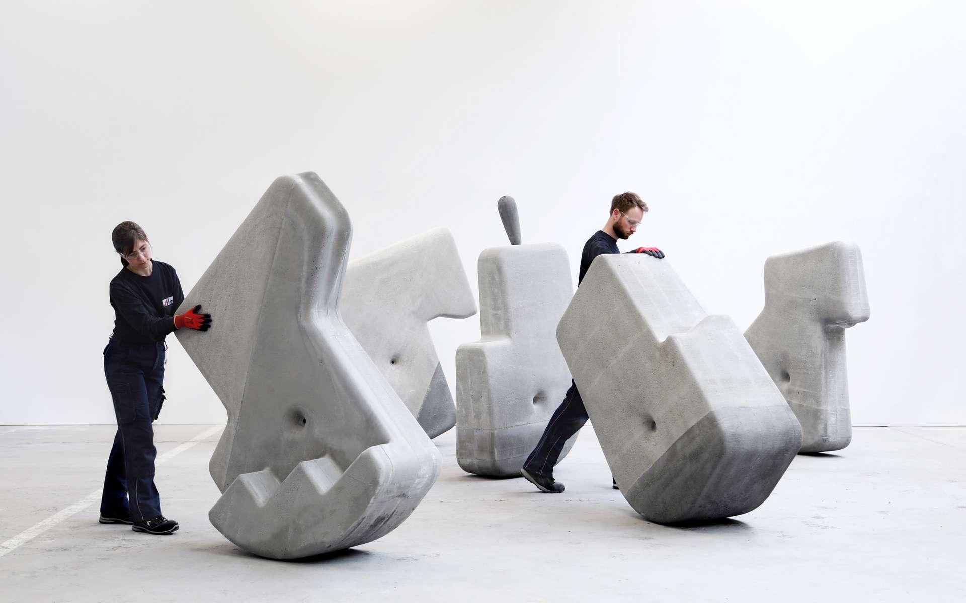 Ces blocs de béton s'inspirent des statues de l'île de Pâques. © Walking Assembly