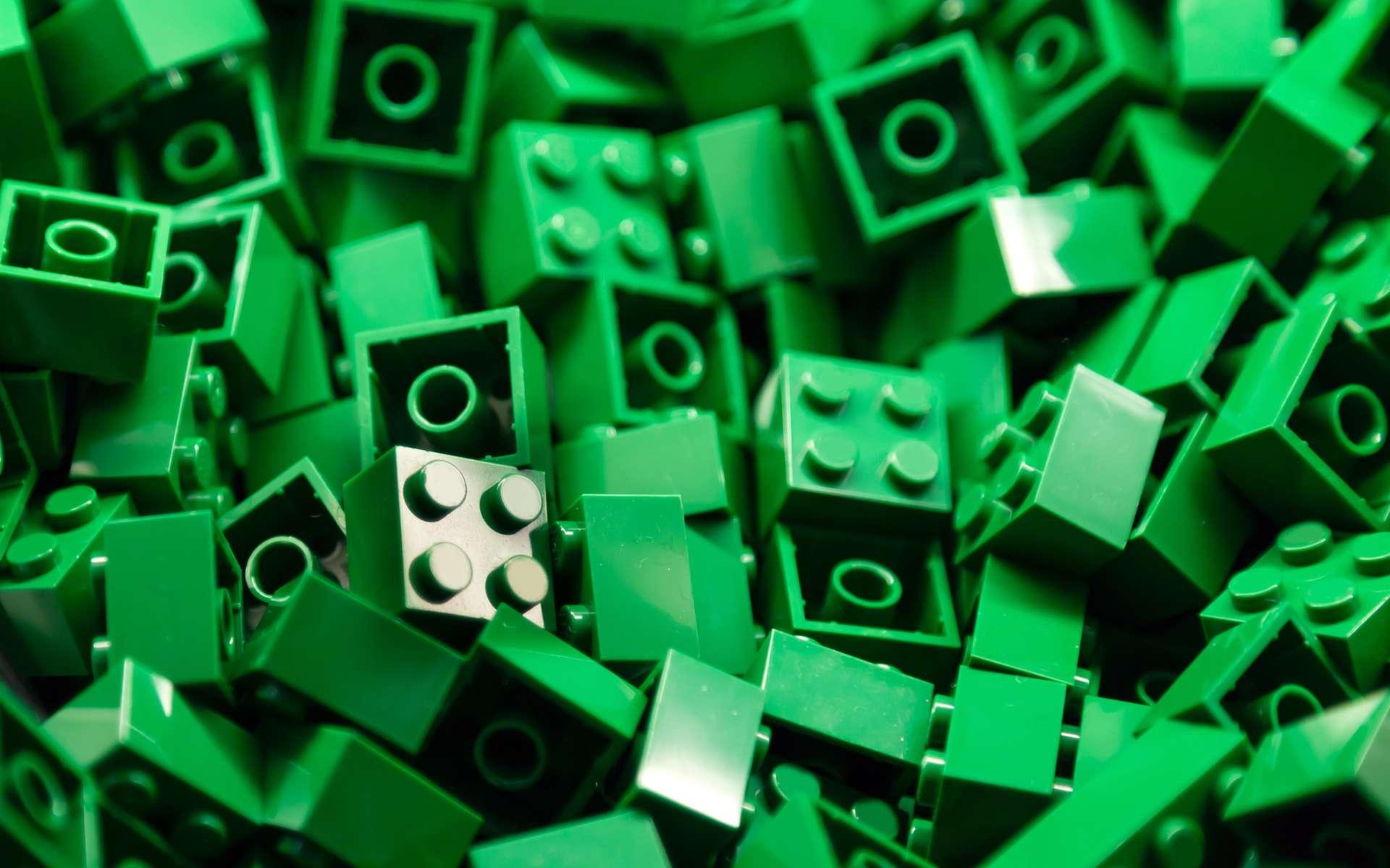 Lego, c'est 6.000 tonnes de plastique utilisées chaque année, dont 70 % d'ABS, issu de dérivés du pétrole. Une situation qui ne devrait plus durer très longtemps. Peut-être grâce à un plastique à base de lignine développé par des chercheurs américains de l'Oak Ridge National Laboratory. © ThamKC, Shutterstock
