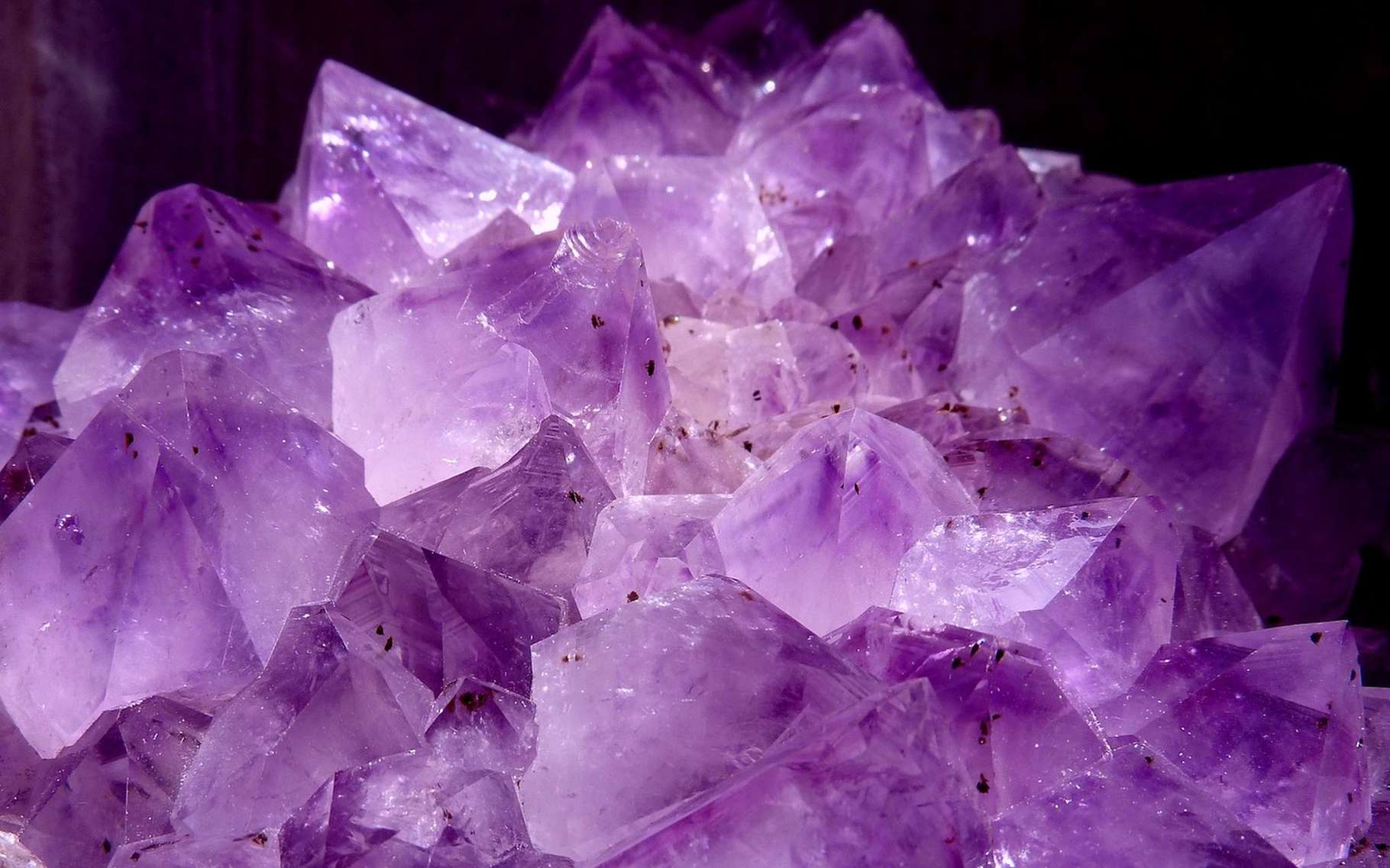 L'améthyste — une variété du quartz —, ici en photo, est une gemme — une pierre qui intéresse la bijouterie — transparente de couleur violette. © alusruvi, Pixabay, CC0 Creative Commons