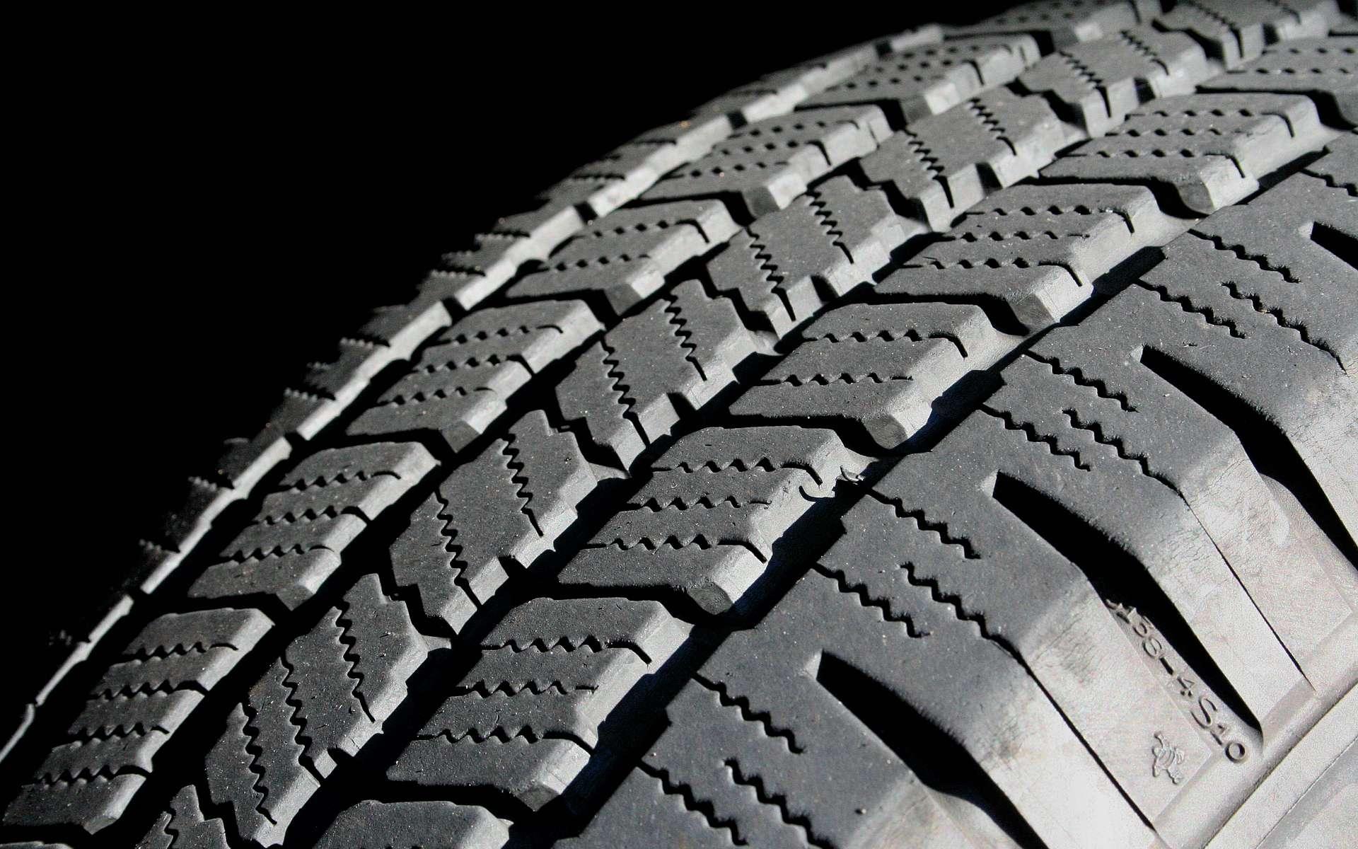 L'aventure du pneumatique démarre avec Dunlop. Le pneu a trois zones. La zone sommet est en contact avec la chaussée. La zone flanc supporte les tours de roues et les chocs. La zone basse transmet les couples entre le pneu et la roue et permet l'accroche à la jante. © Scott Robinson, CC BY-SA 3.0, Wikimédia Commons