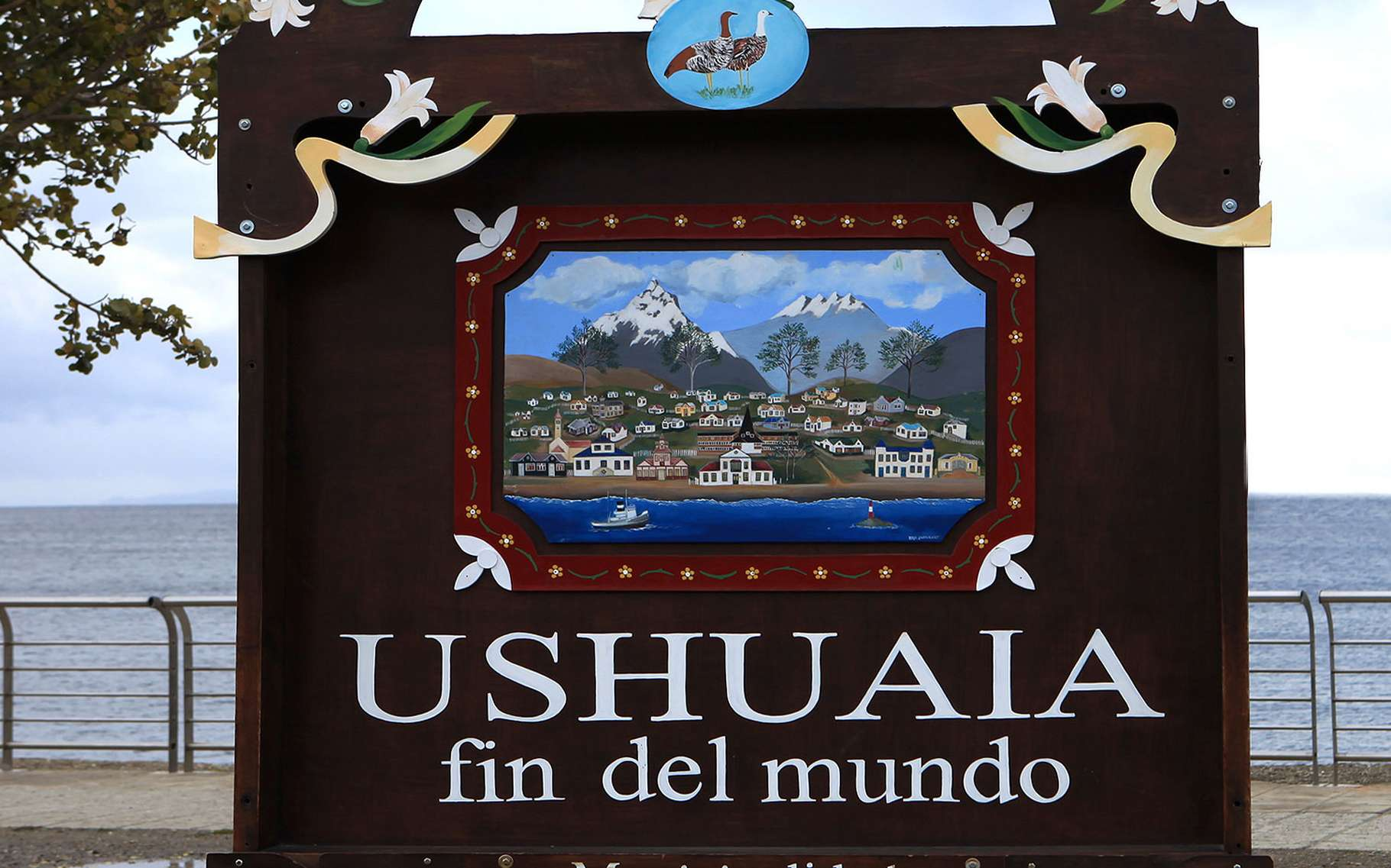 Ushuaïa (Argentine), c'est une ville de légende. «El fin del mundo». Son nom à lui seul suffit à susciter le rêve, à enflammer les imaginations. Mais aujourd'hui, la ville la plus australe du monde n'est plus si inaccessible. Elle accueille tous les ans, en Terre de Feu, de nombreux touristes attirés par les activités qu'elle propose, mais surtout par ses alentours sauvages et exotiques.Un patchwork de maisons dépareillées et colorées, en bois et en tôle. Mais surtout, une nature harmonieuse où les montagnes flirtent avec les eaux et où s'épanouit une faune, pour l'heure encore, maîtresse des lieux. © Julie Laurent, Flickr, CC by-nc 2.0