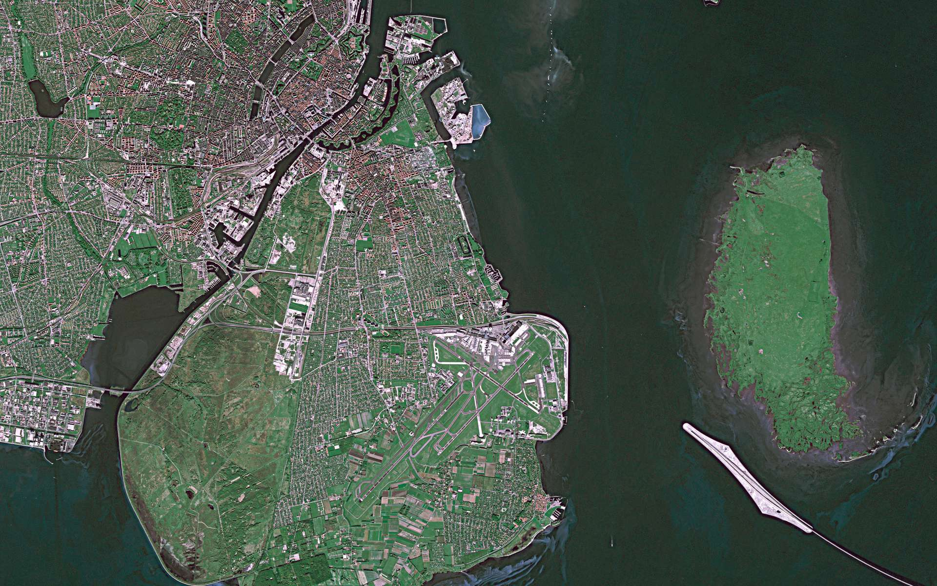 Copenhague, vue par le satellite Spot-4 en 2004. La capitale et plus grande ville du Danemark est située sur la façade est de l'île de Sjælland (à gauche) et sur l'île d'Amager (à droite). © Cnes/Spot Image