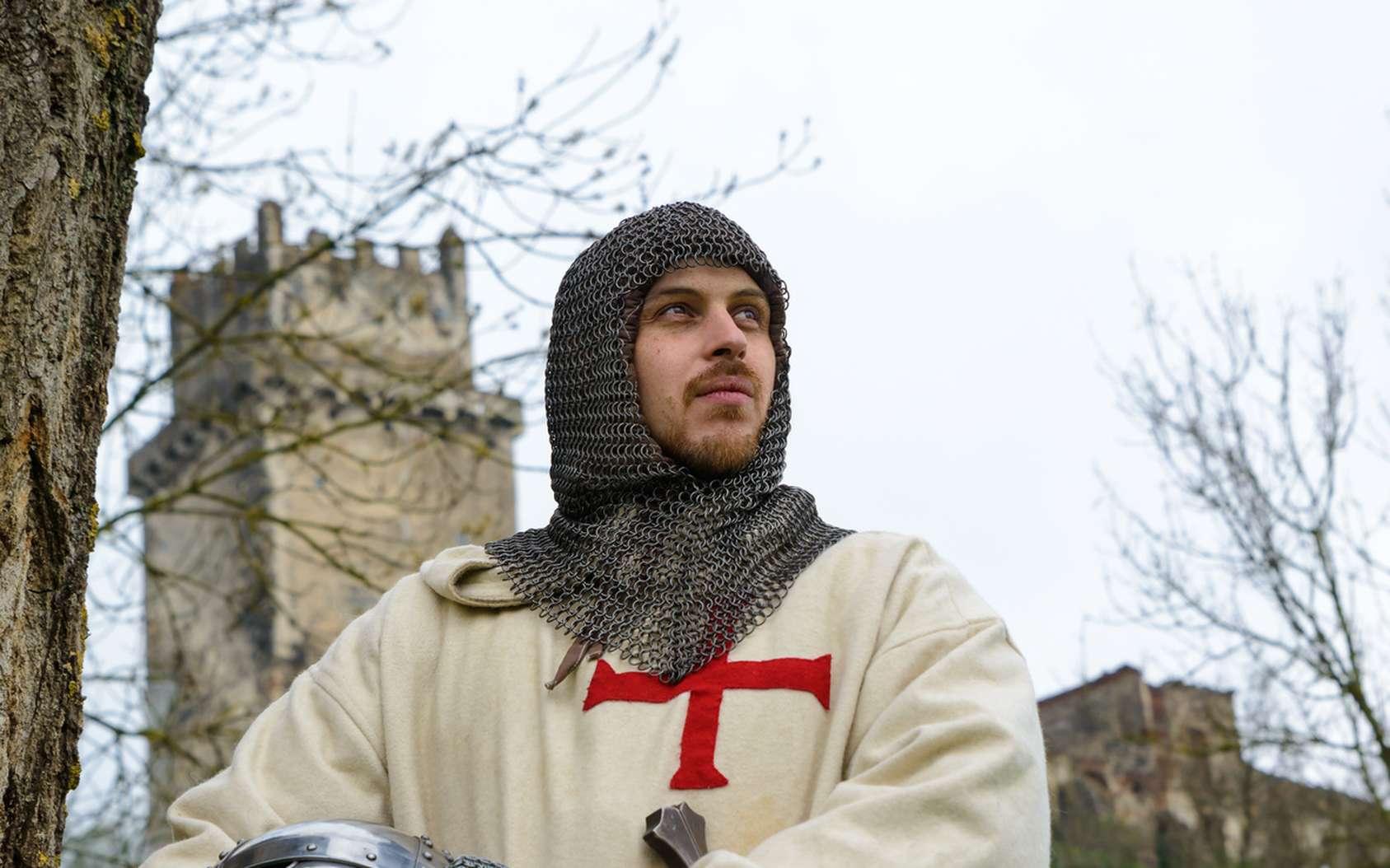 Comment était organisée la société au Moyen Âge ? Ici, un Homme en habits de Templier. © fotofrank, Fotolia