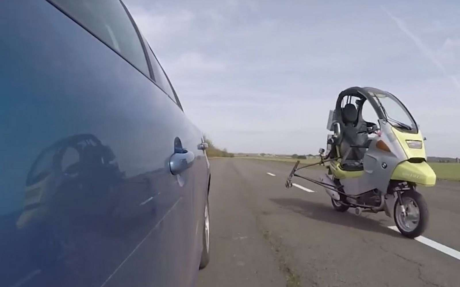 AB Dynamics a porté son choix sur le scooter BMW C1 en raison de la présence d'un toit qui facilite l'installation des équipements nécessaires à la conduite autonome. © AB Dynamics
